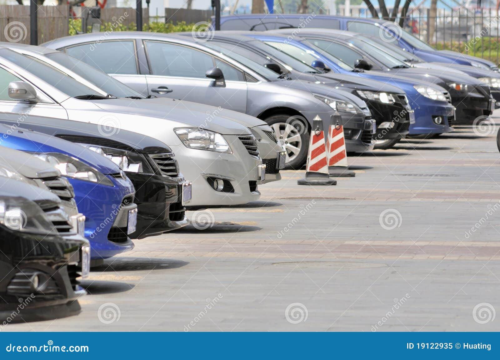 Fila de estacionar de los coches
