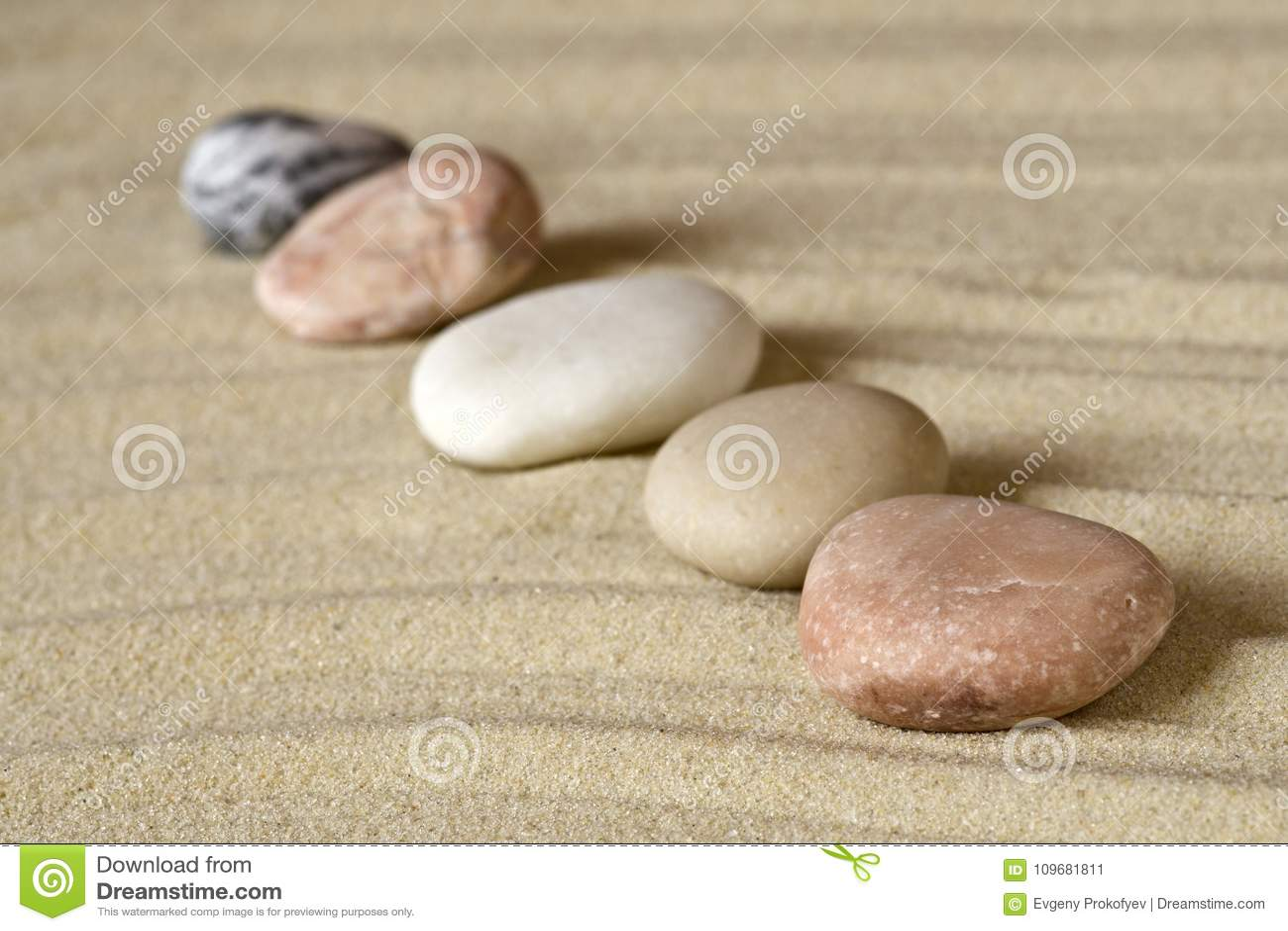 Fila de guijarros en la arena