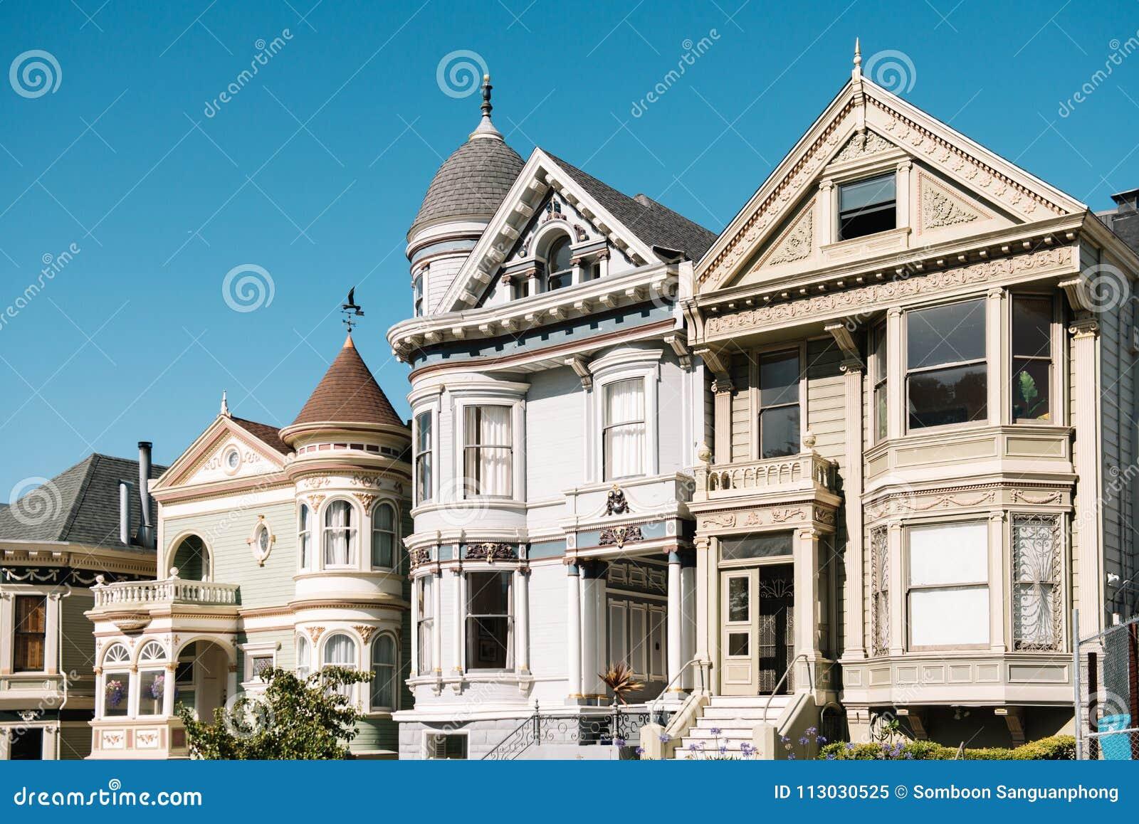 Fila de la postal, la casa clásica en la calle de Álamo en San Francisco