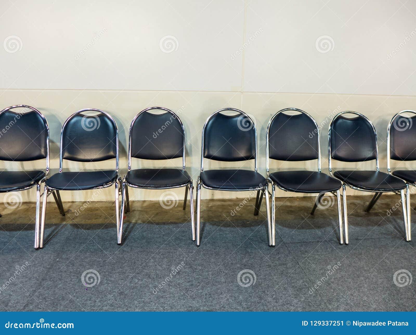 Fila de la silla azul marino en el pasillo