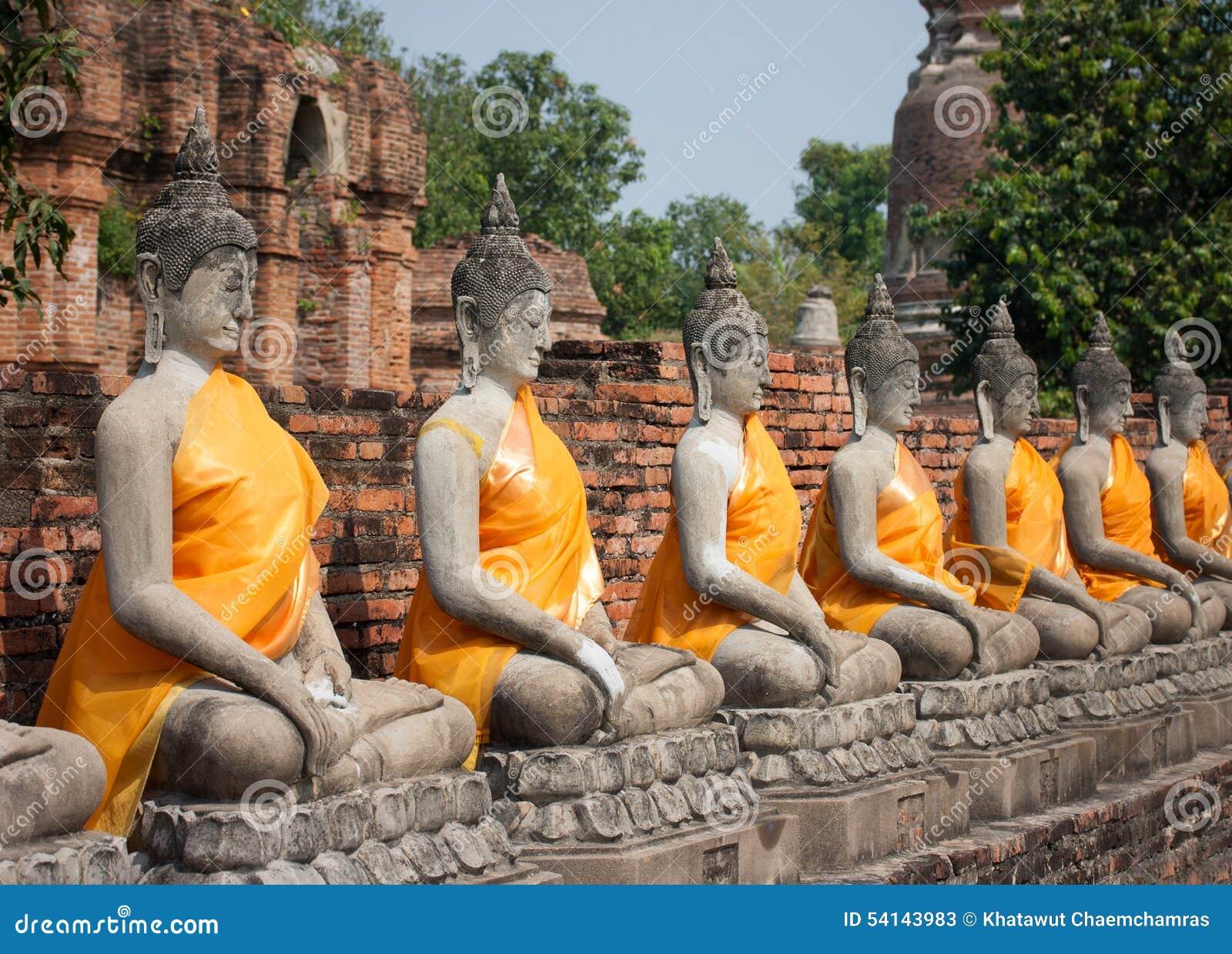 Fila de las estatuas de buddha