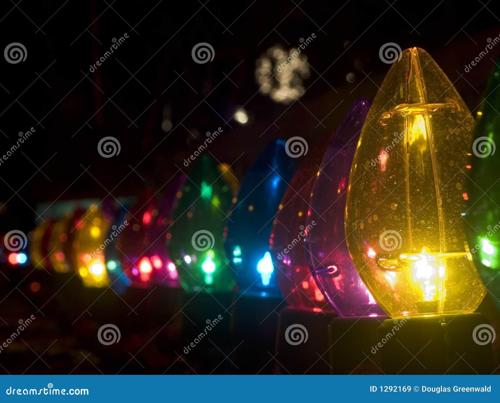 Fila de las luces de la Navidad grandes al aire libre