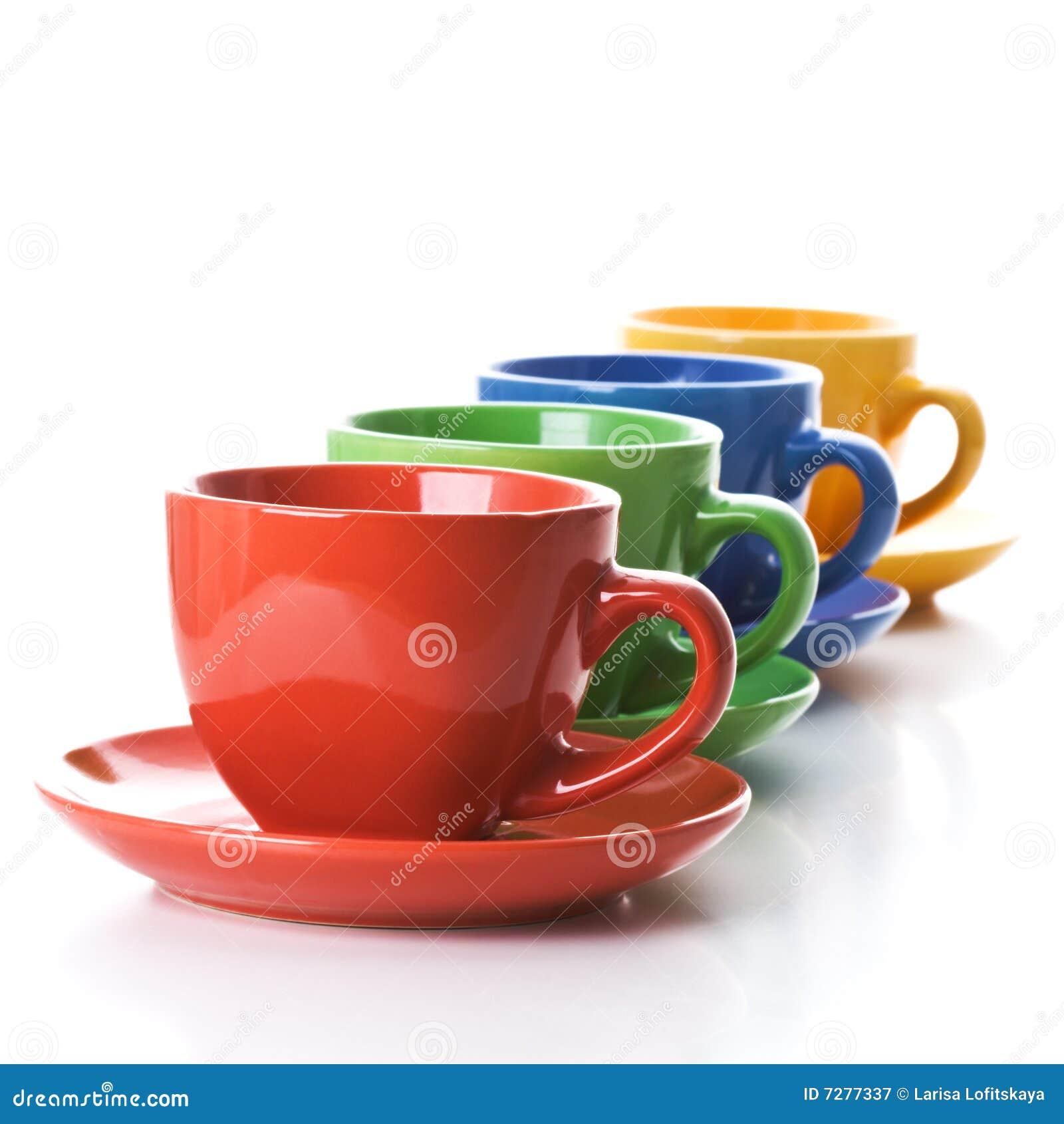 Fila de las tazas de té del color