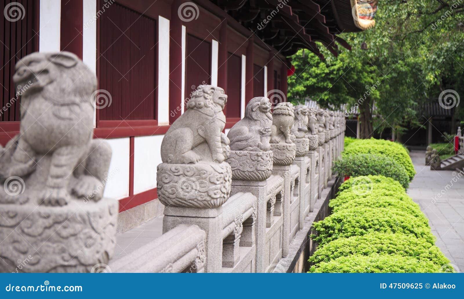 Fila de leones de piedra chinos