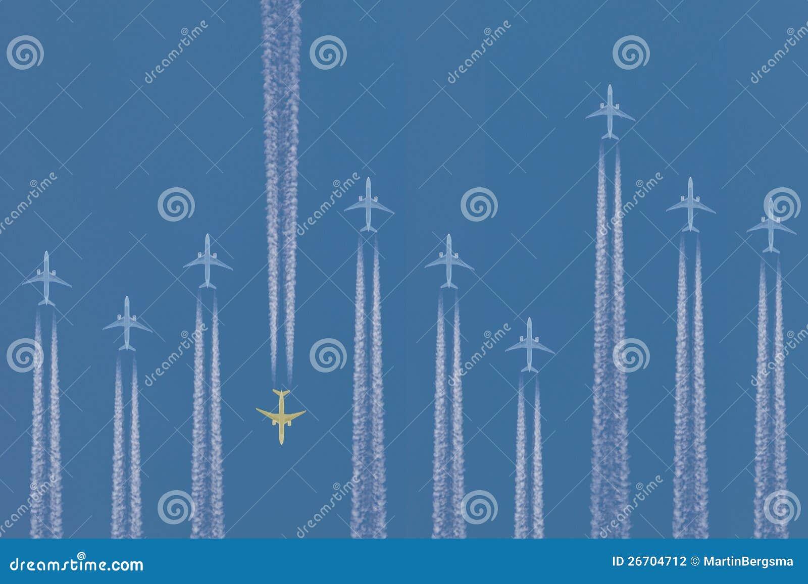 Fila de los aeroplanos que vuelan cerca