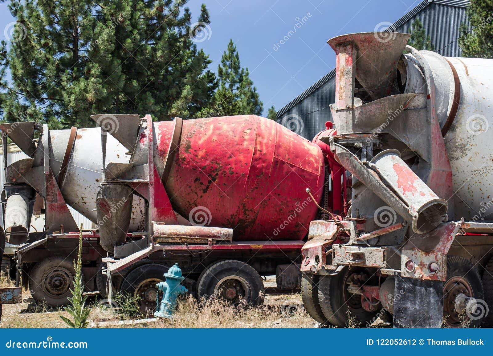 Fila de los mezcladores de cemento abandonados