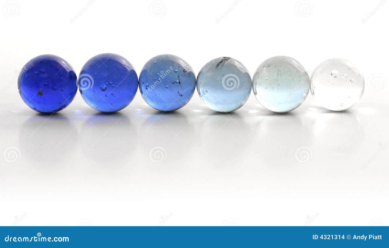 Fila de mármoles azules