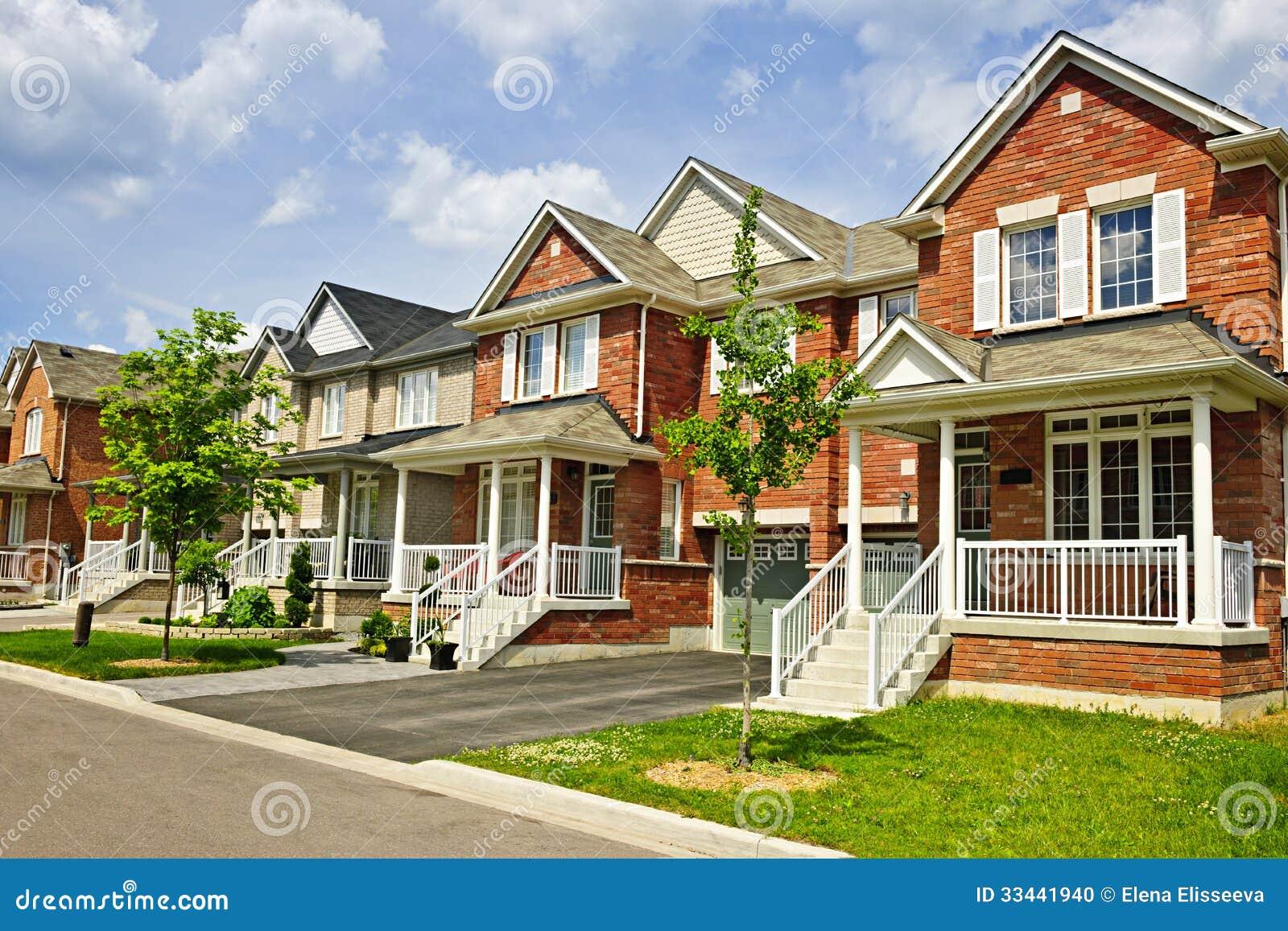 Fila de nuevos hogares suburbanos