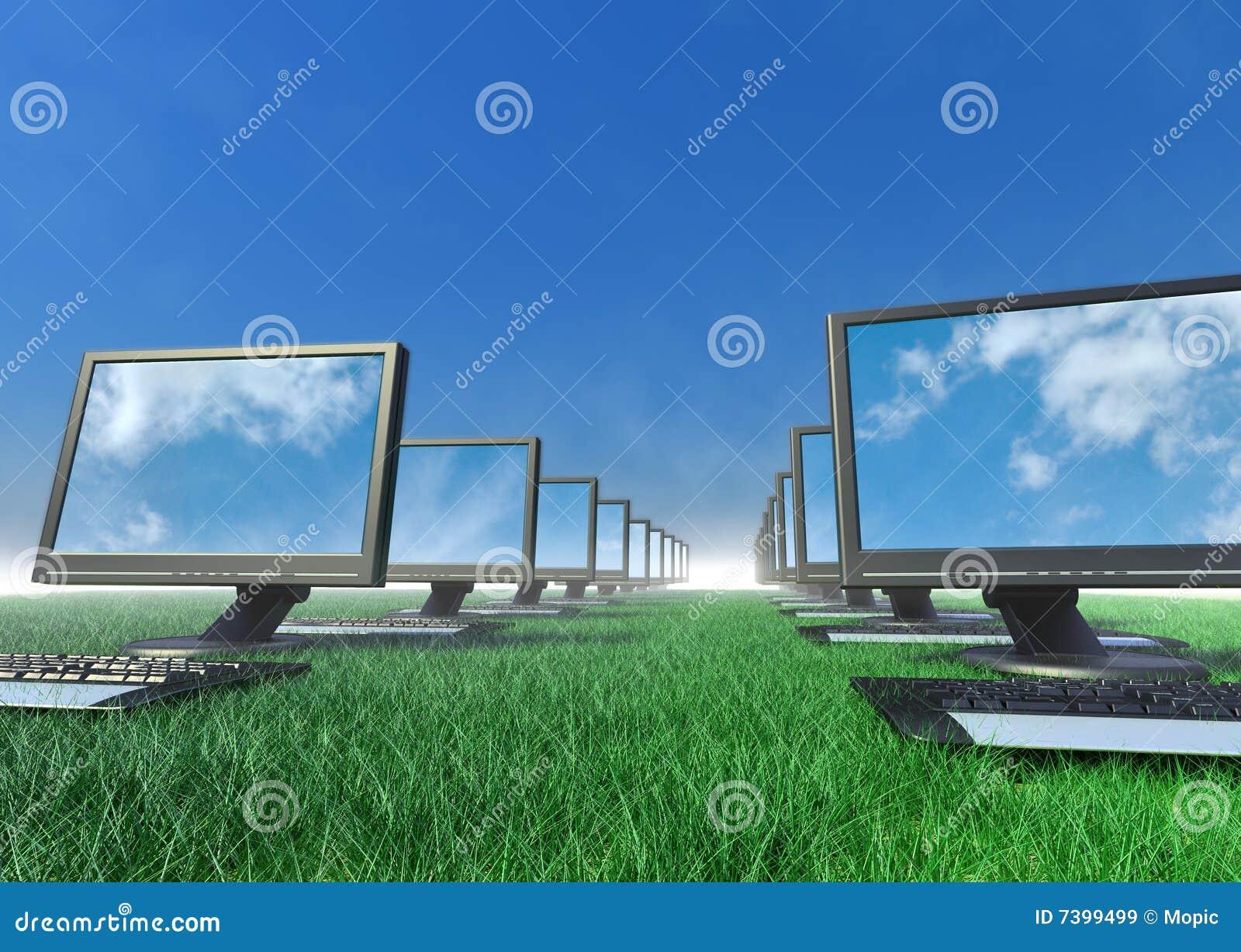 Fila de ordenadores en un campo de la hierba.