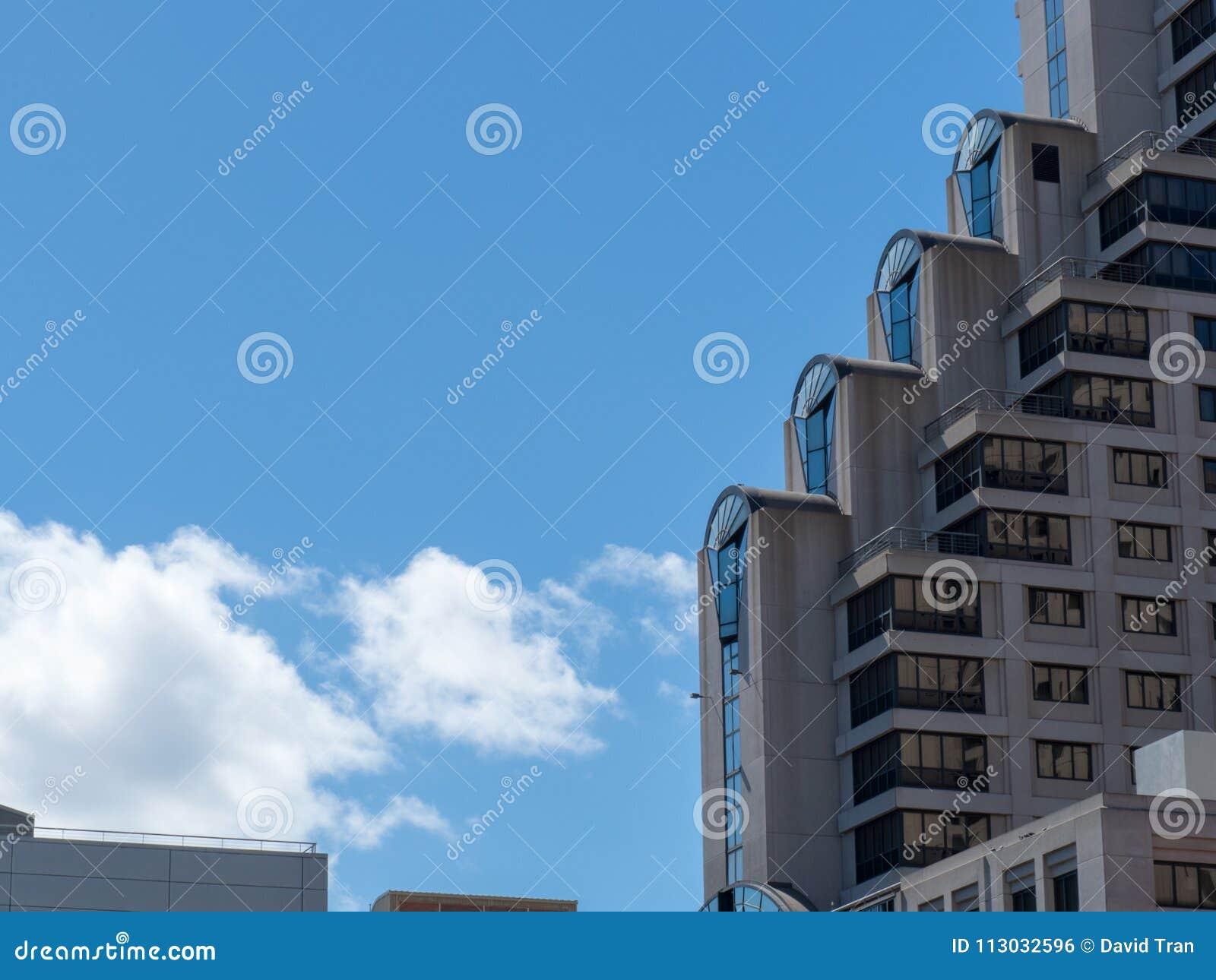 Fila de pisos constructivos staircased en el edificio alto