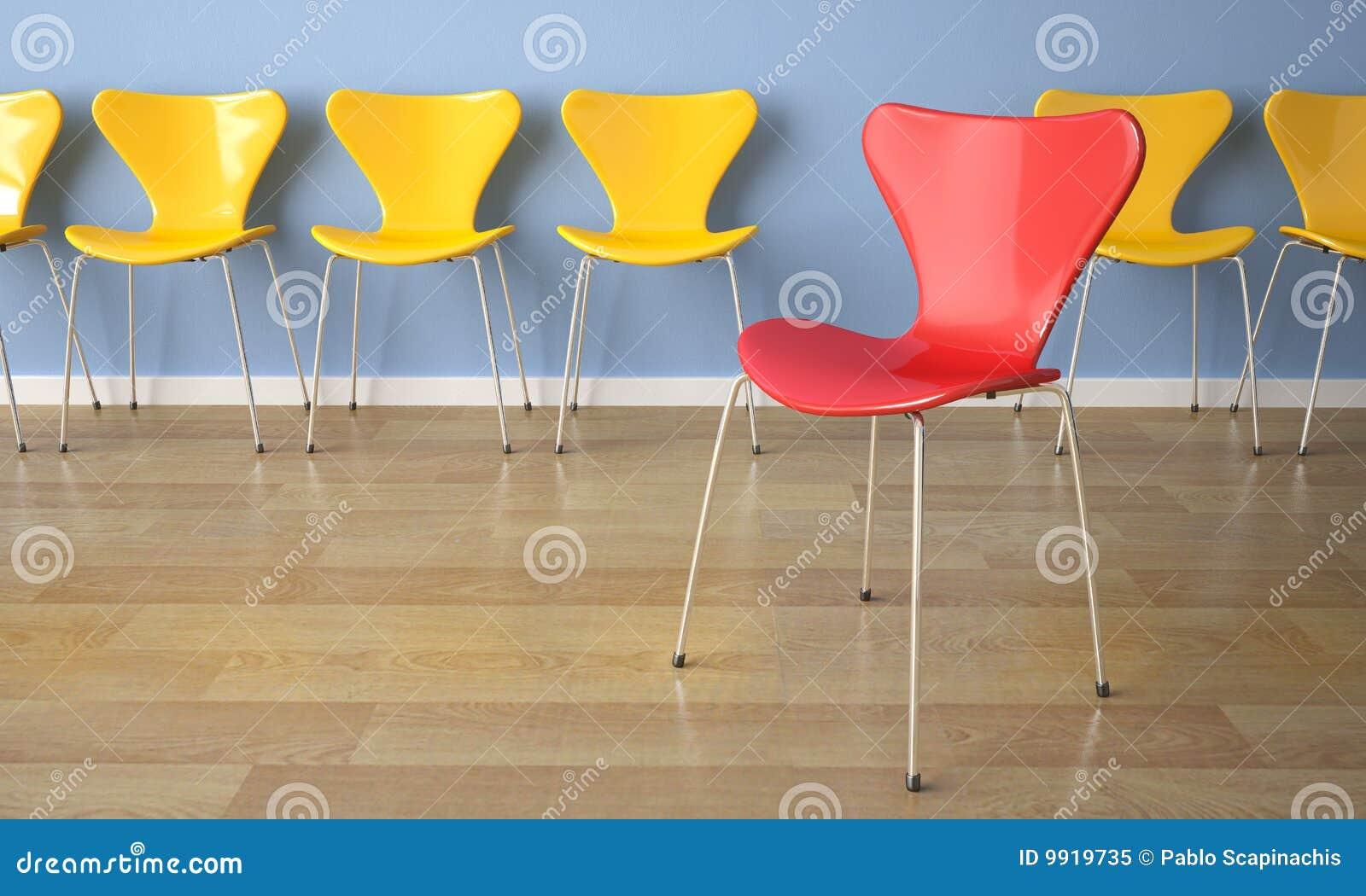 Fila de sillas en la pared azul