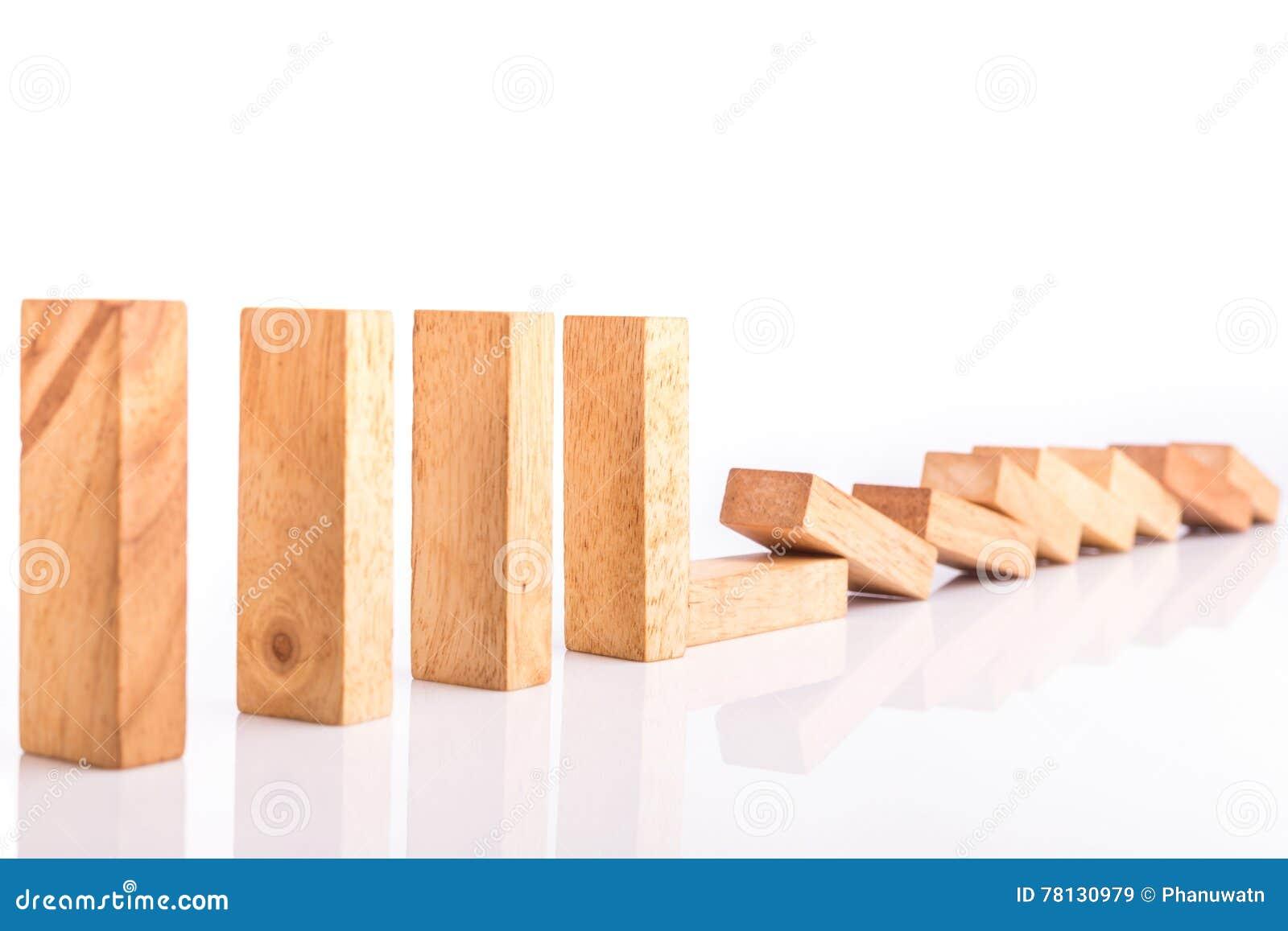 Fila dei bambini di legno del gioco della torre del blocco isolati su bianco
