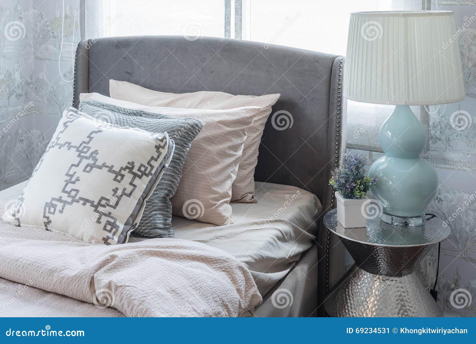 fila dei cuscini sul letto in camera da letto di lusso fotografia ... - Cuscini Camera Da Letto