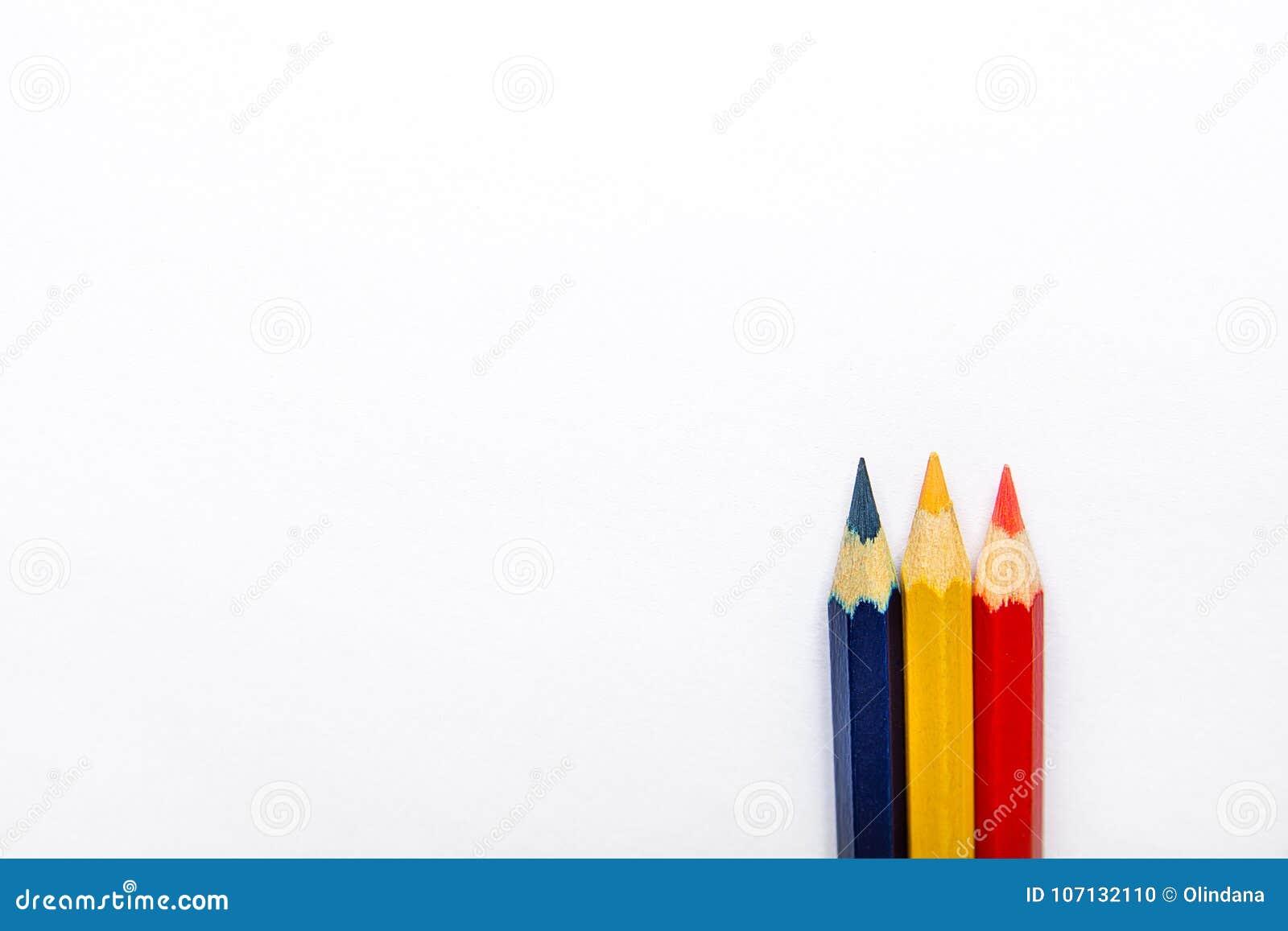 Fila del azul amarillo rojo de tres lápices multicolores en parte inferior y top en fondo del Libro Blanco Diseño gráfico de la c