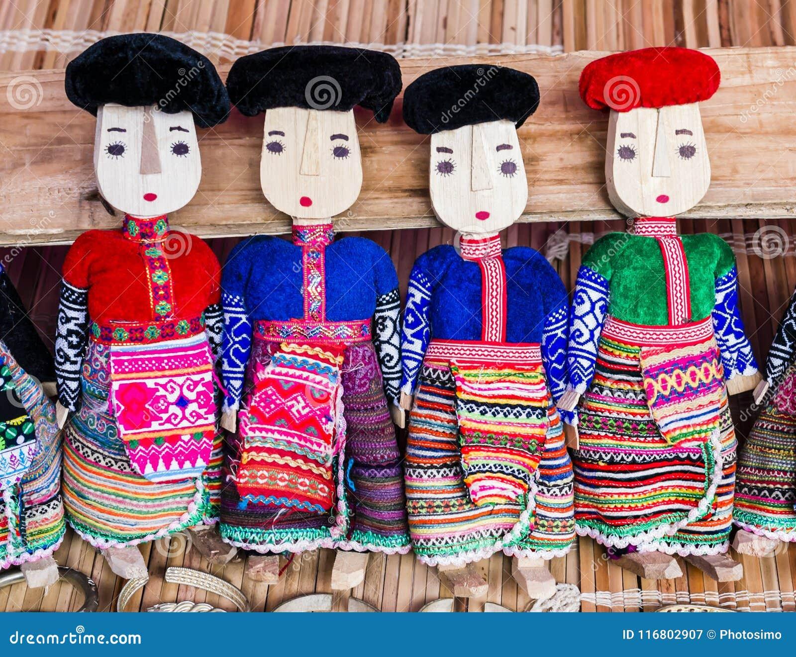 Fila delle bambole di legno nere e rosse di Dzao