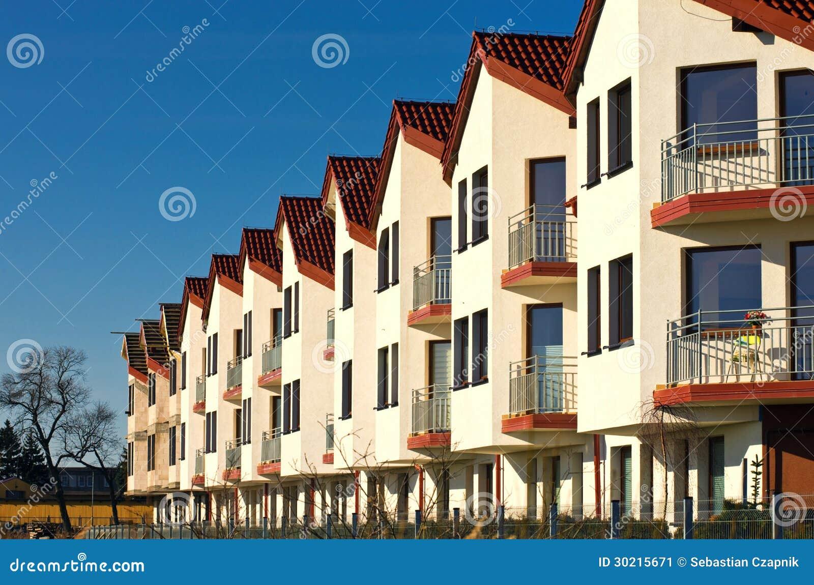 Fila delle case moderne immagine stock immagine di for Case bianche moderne
