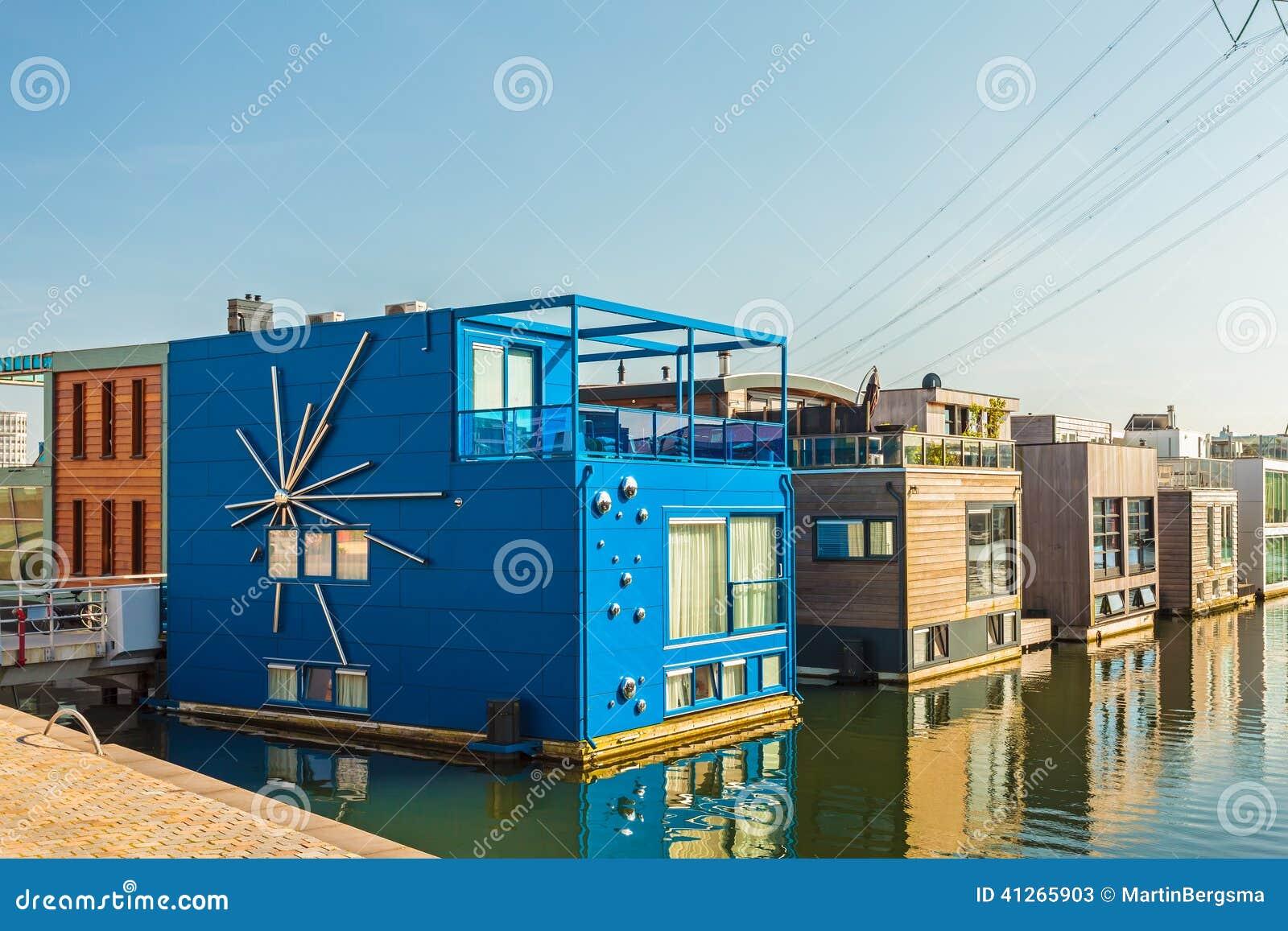 Fila delle case galleggianti contemporanee nel distretto for Houseboat amsterdam prezzi