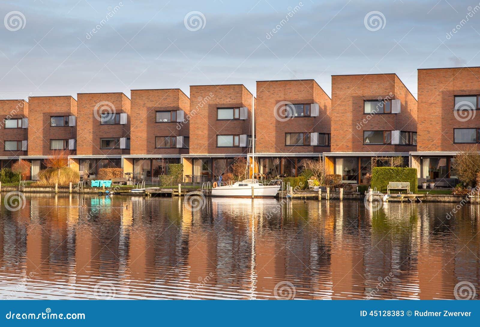 Fila delle case residenziali contemporanee immagine stock for Case contemporanee