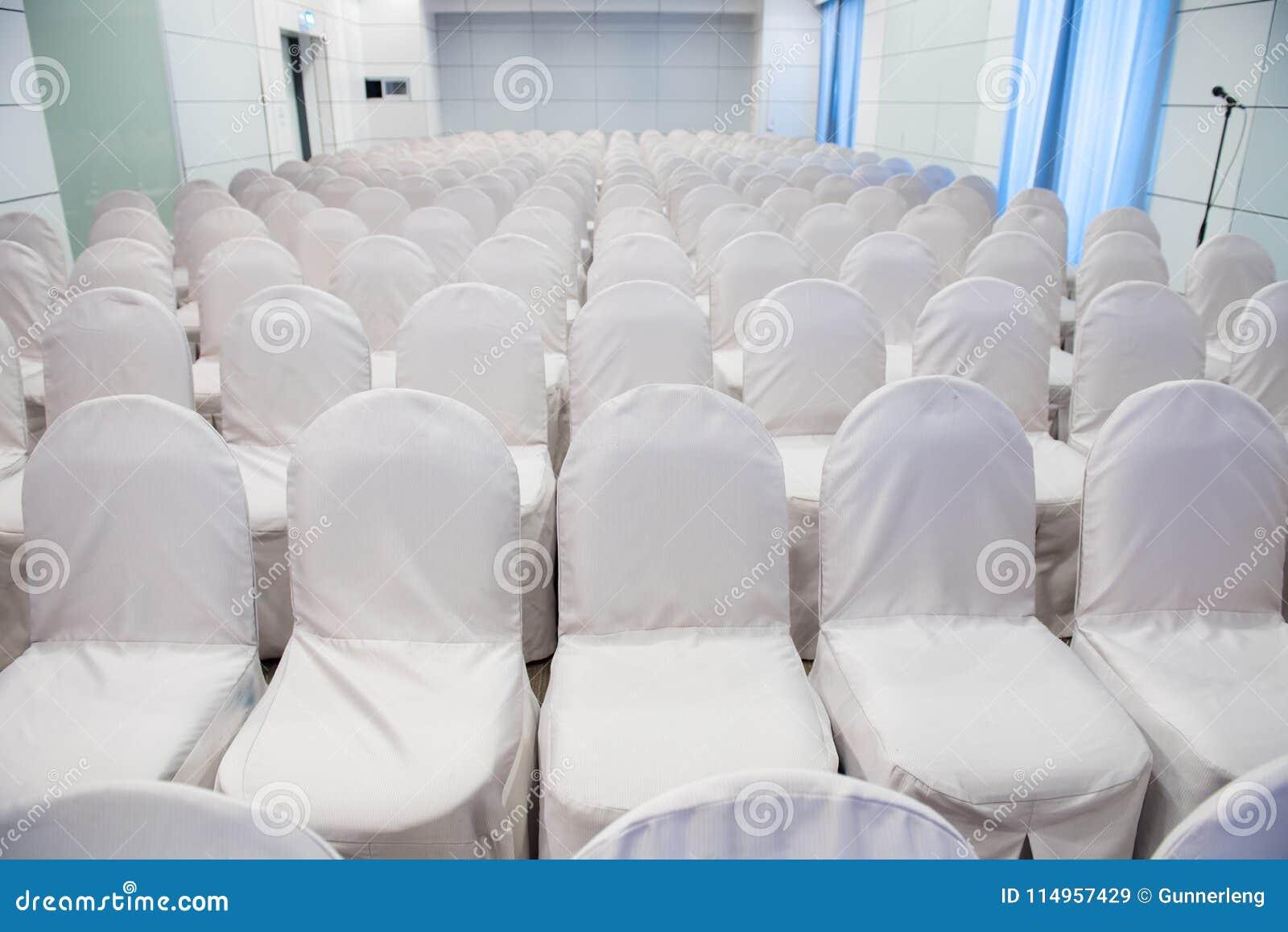 Sedie Bianche Usate : Fila delle sedie bianche vuote per l evento di riunione d affari