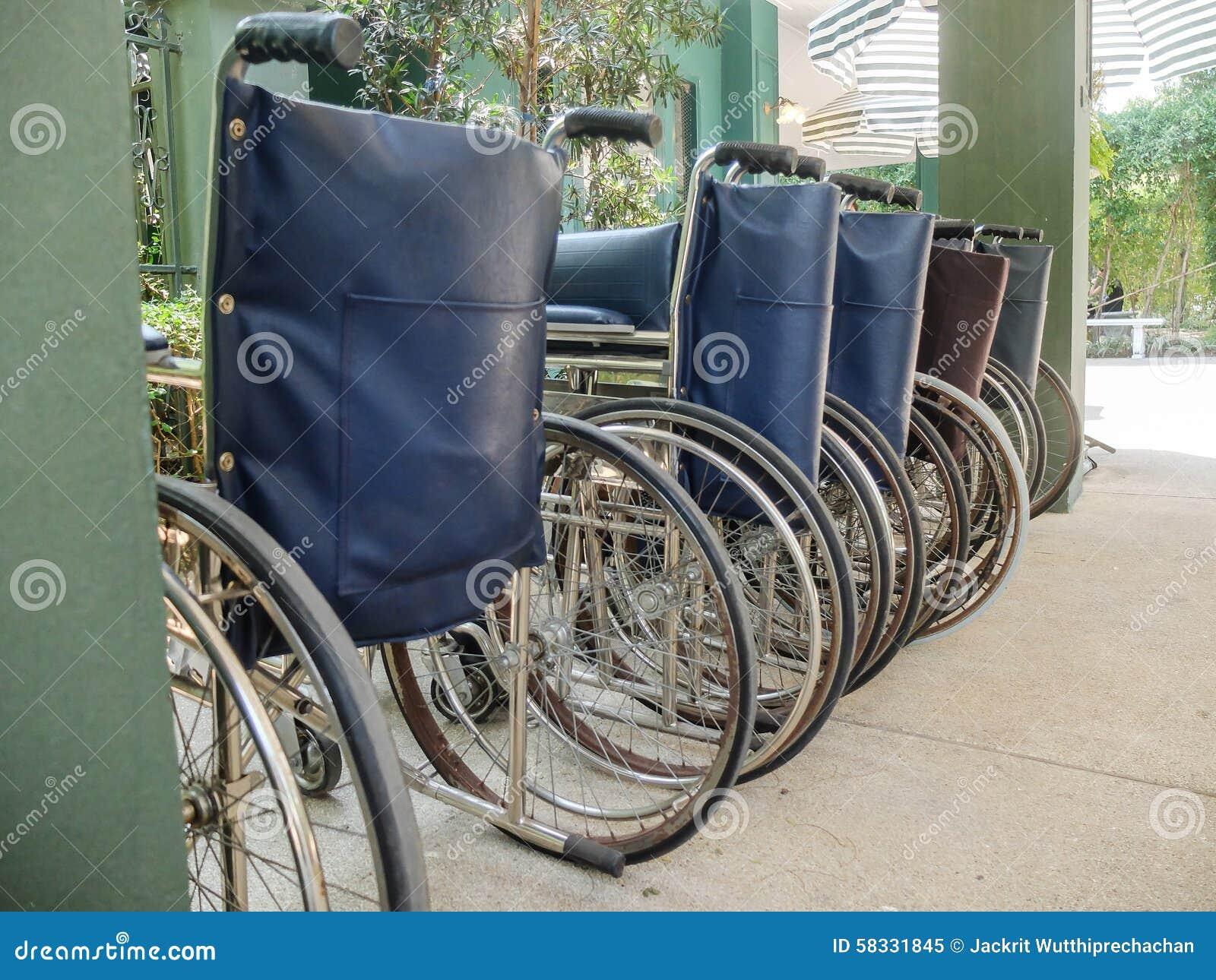 Sedie In Metallo Usate : Fila delle sedie a rotelle usate come modello immagine stock