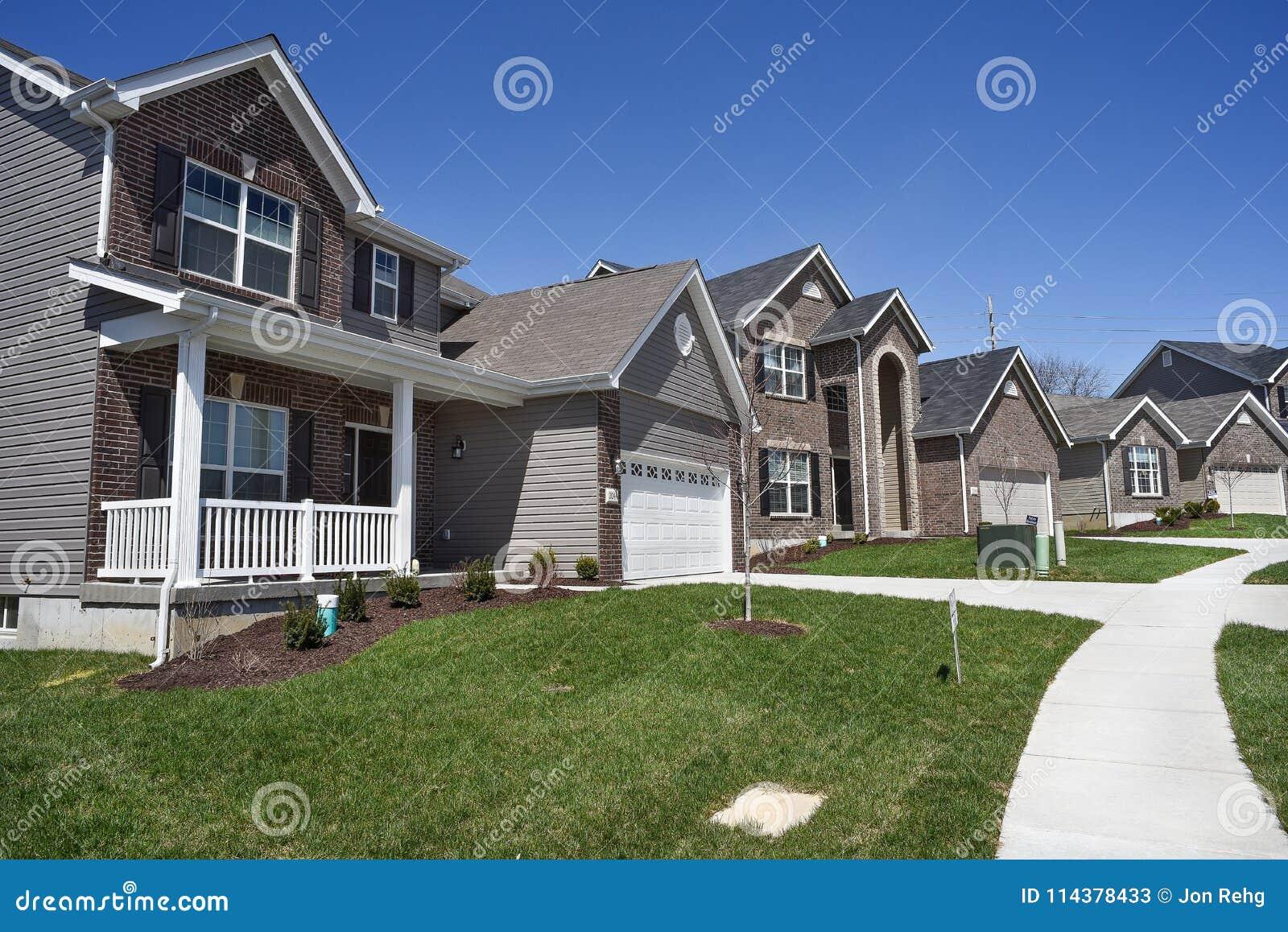 Case A Due Piani fila di nuove case residenziali a due piani da vendere