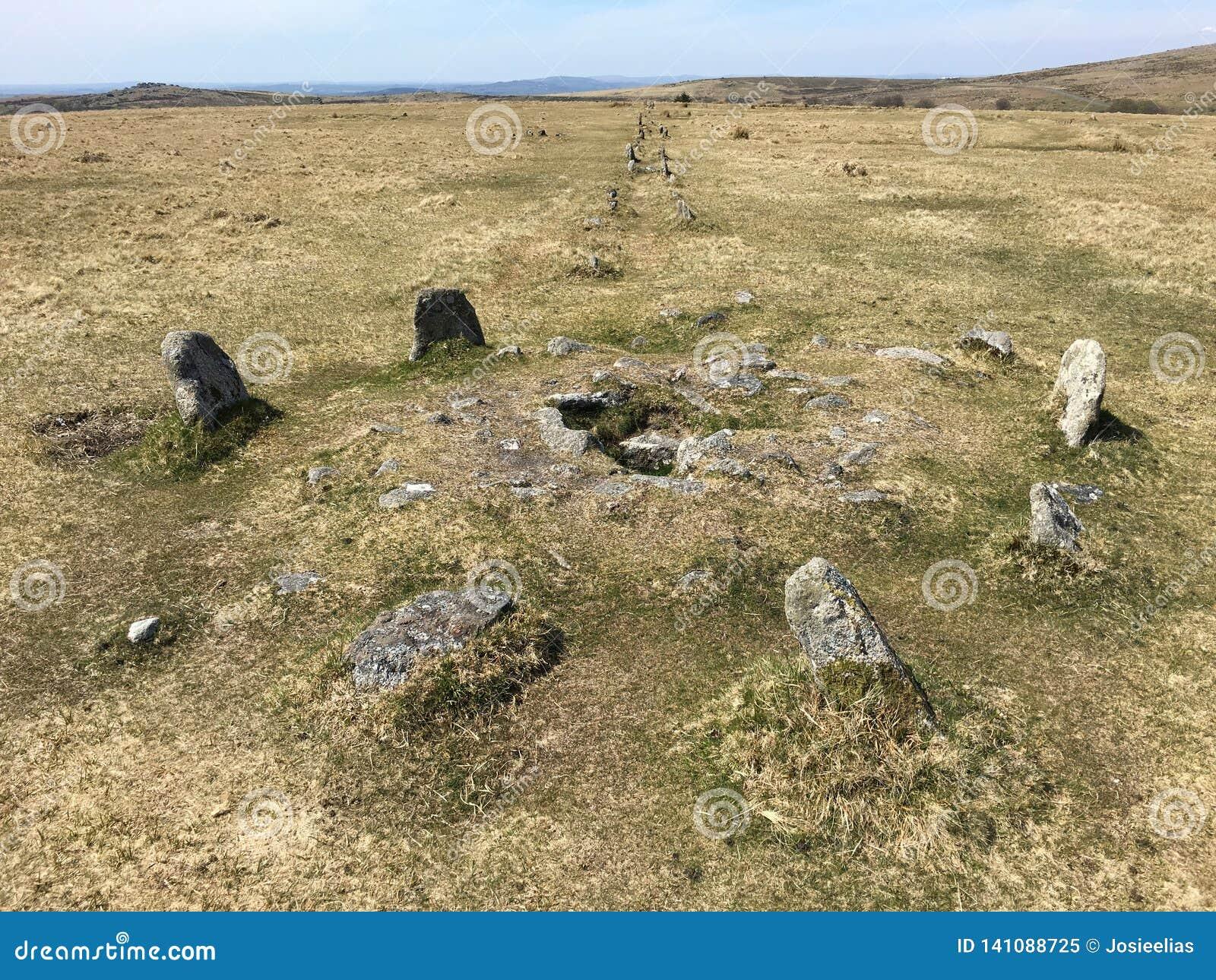 Fila doble de las piedras permanentes en Dartmoor, Merrivale, Reino Unido