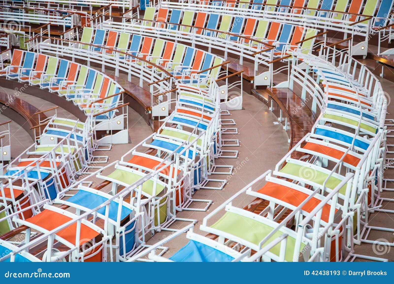 Filas curvadas de sillas coloridas en estadio