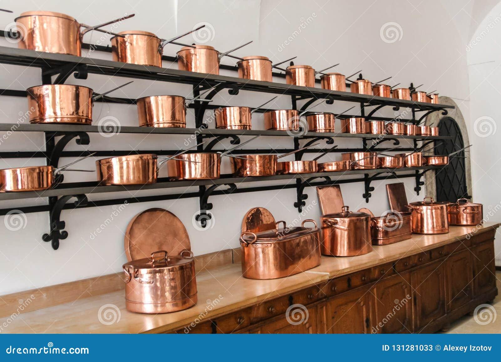 Filas de cazos de cobre brillantes en el castillo de Neuschwanstein en Baviera