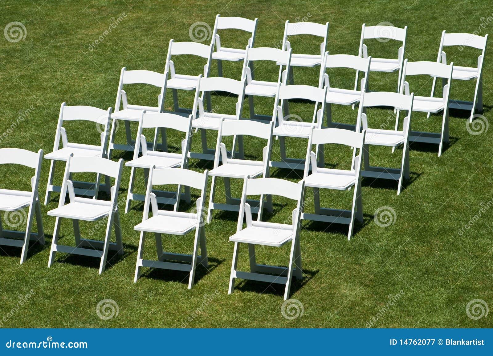 Filas de las sillas blancas de la boda fotograf a de for Sillas de diseno blancas