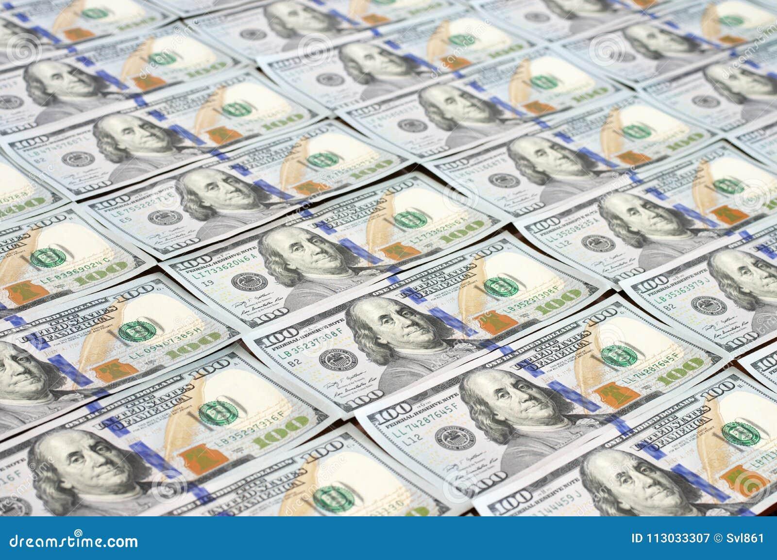Filas de los nuevos billetes de dólar del diseño