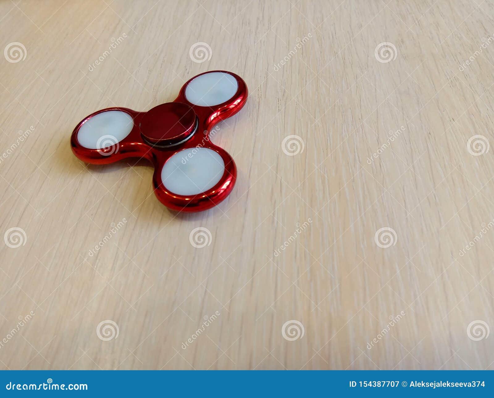 Filatore rosso su una tavola leggera