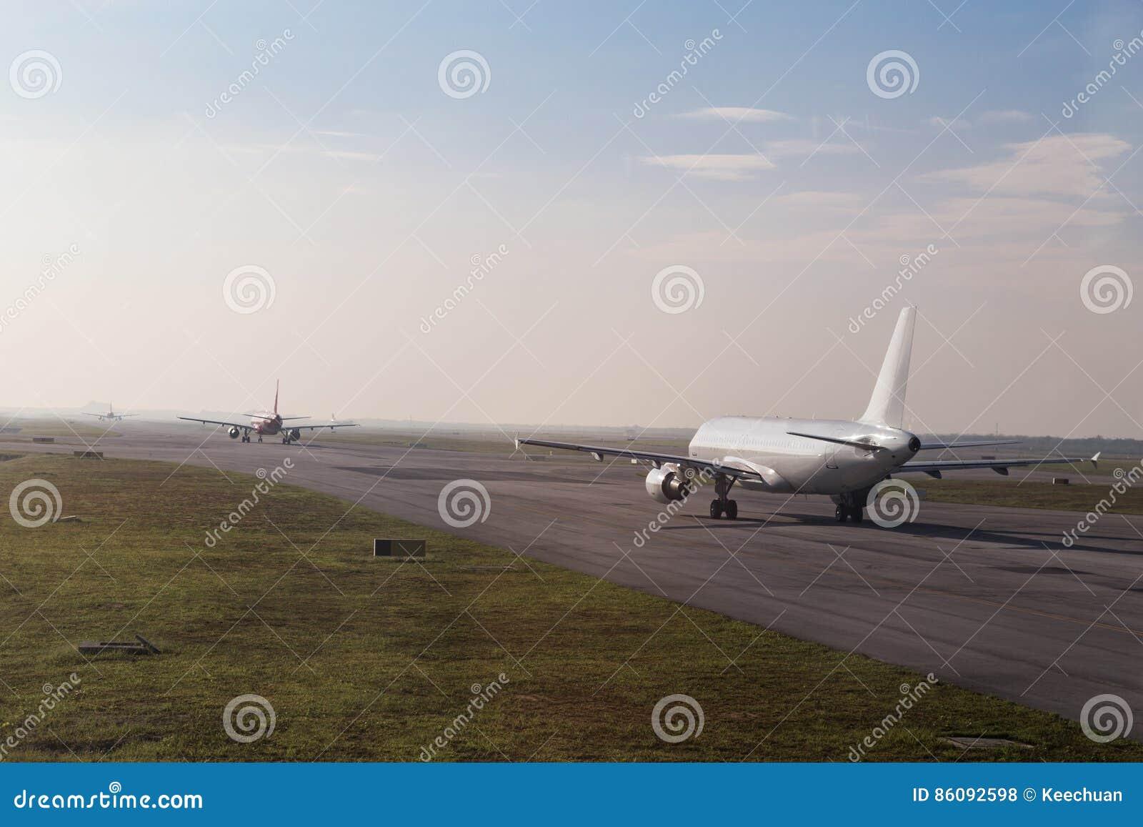File d attente commerciale d avion roulant au sol pour décoller sur la piste