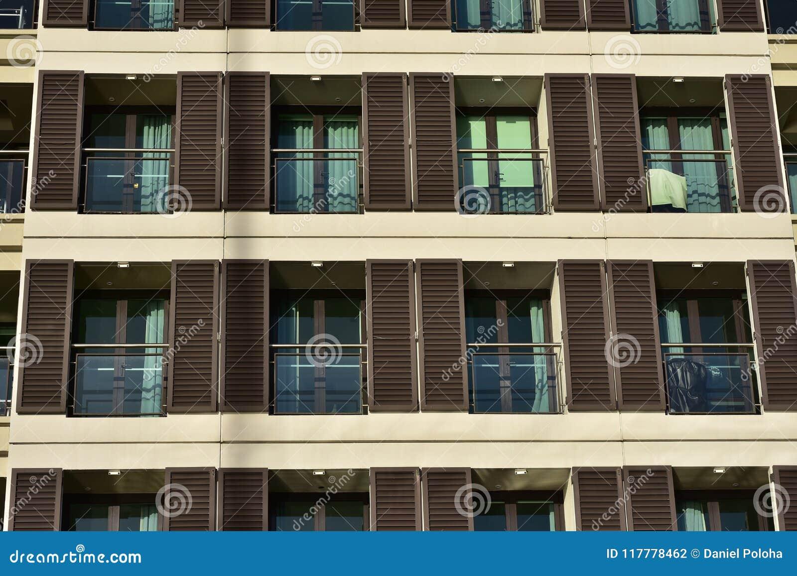 File dei balconi con i ciechi