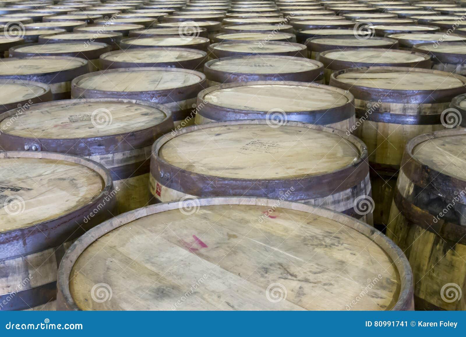 File dei barilotti della quercia nella distilleria del bourbon