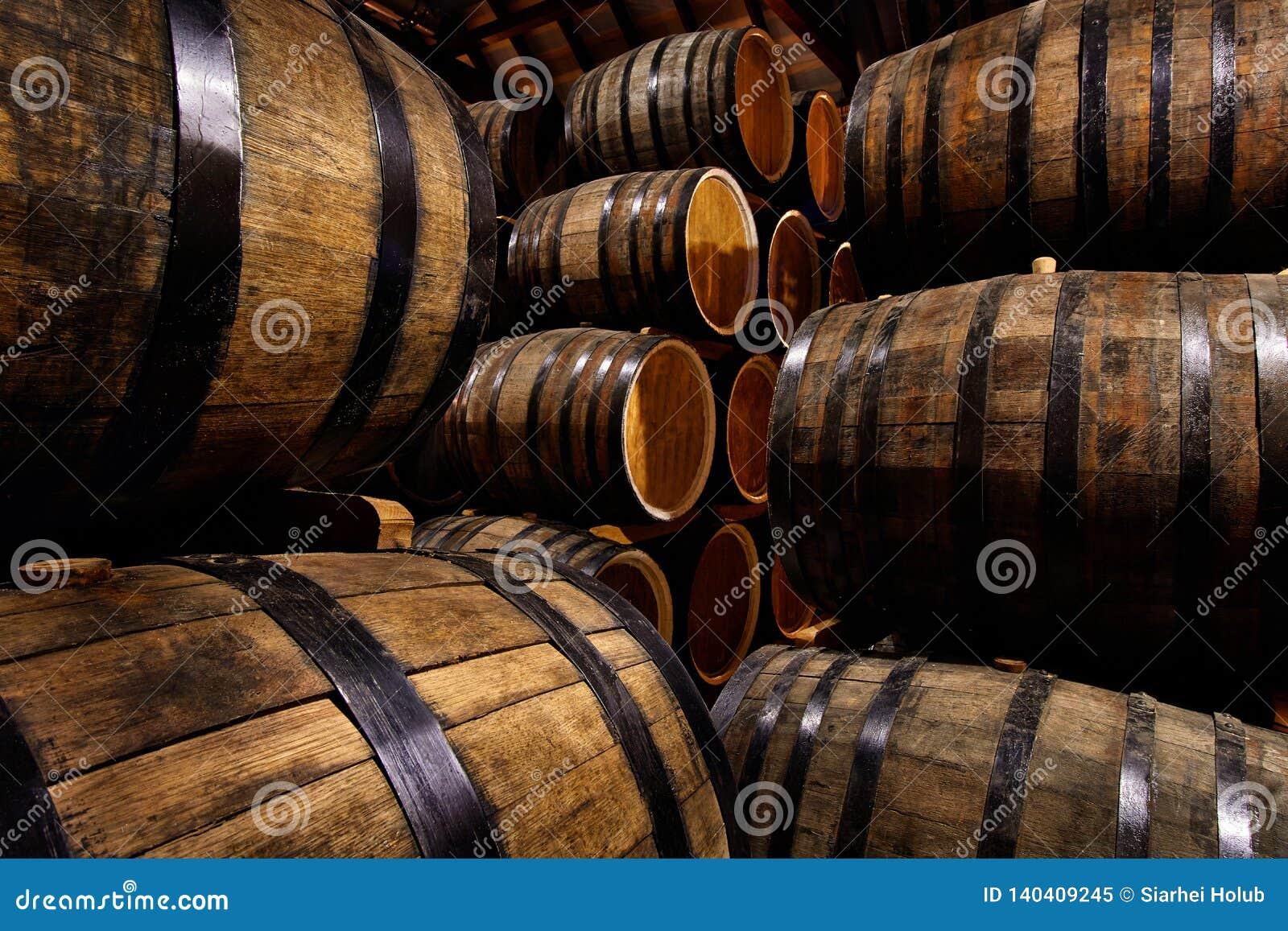 File dei tamburi alcolici in azione distilleria Cognac, whiskey, vino, brandy Alcool in barilotti