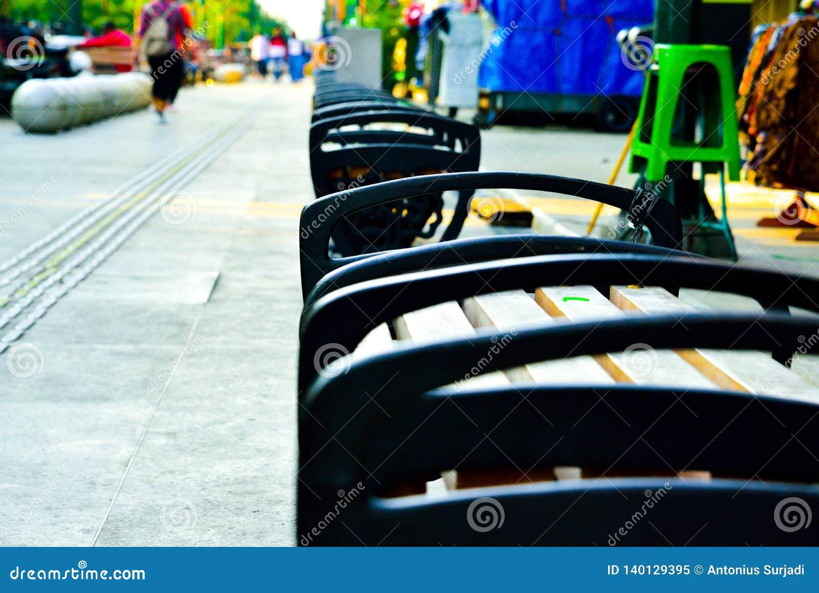 File della sedia del metallo e di legno sulla strada dei negozi dell aria aperta in Sud-est asiatico