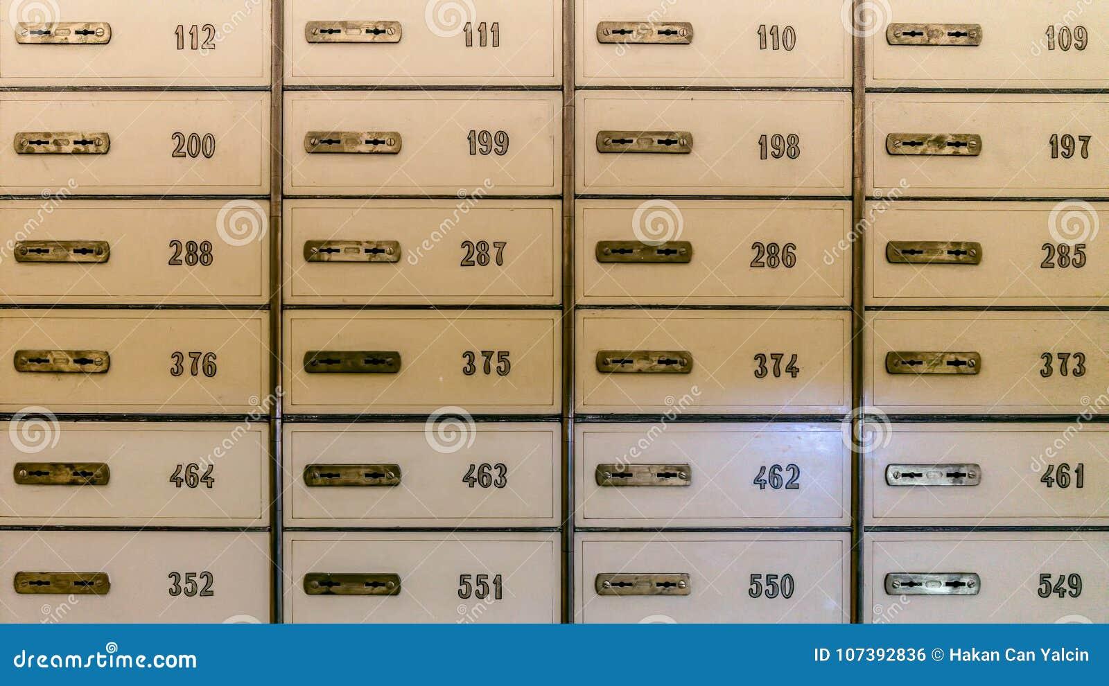 File delle cassette di sicurezza in volta di banca o armadi di