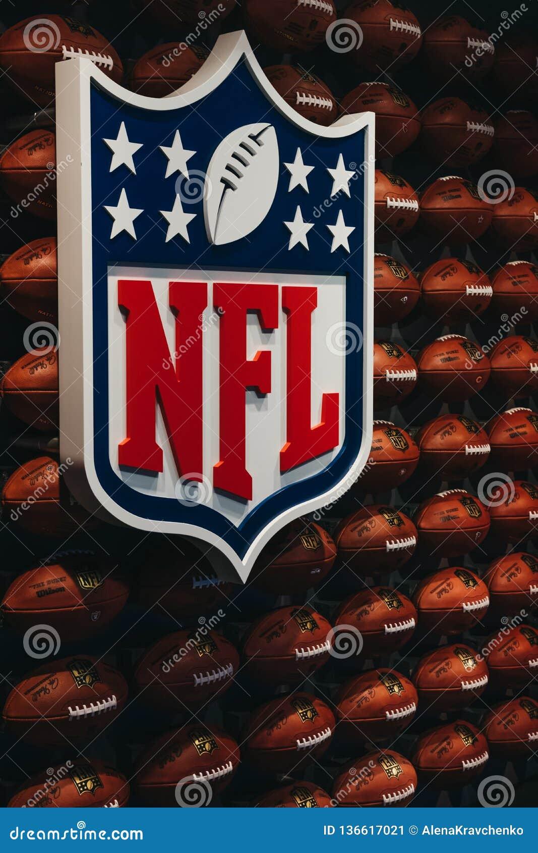 File delle palle di football americano nell esperienza di Times Square, New York, U.S.A. del NFL