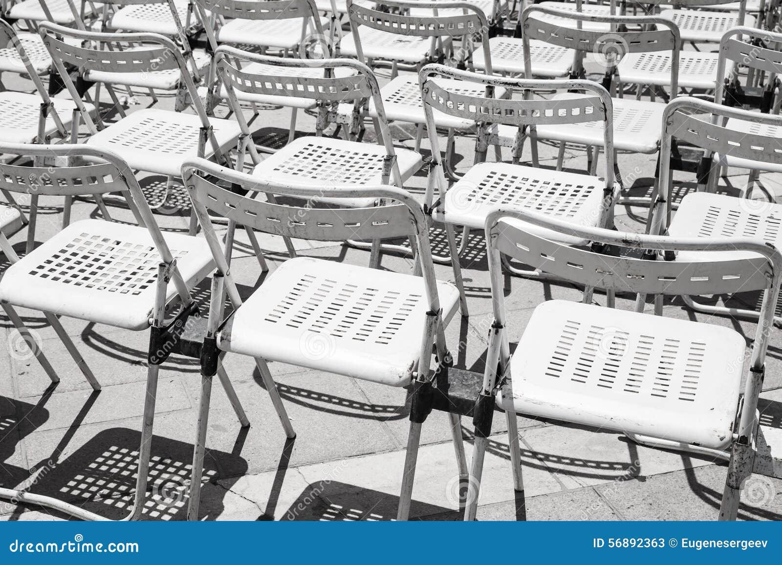 File delle sedie vuote del metallo bianco