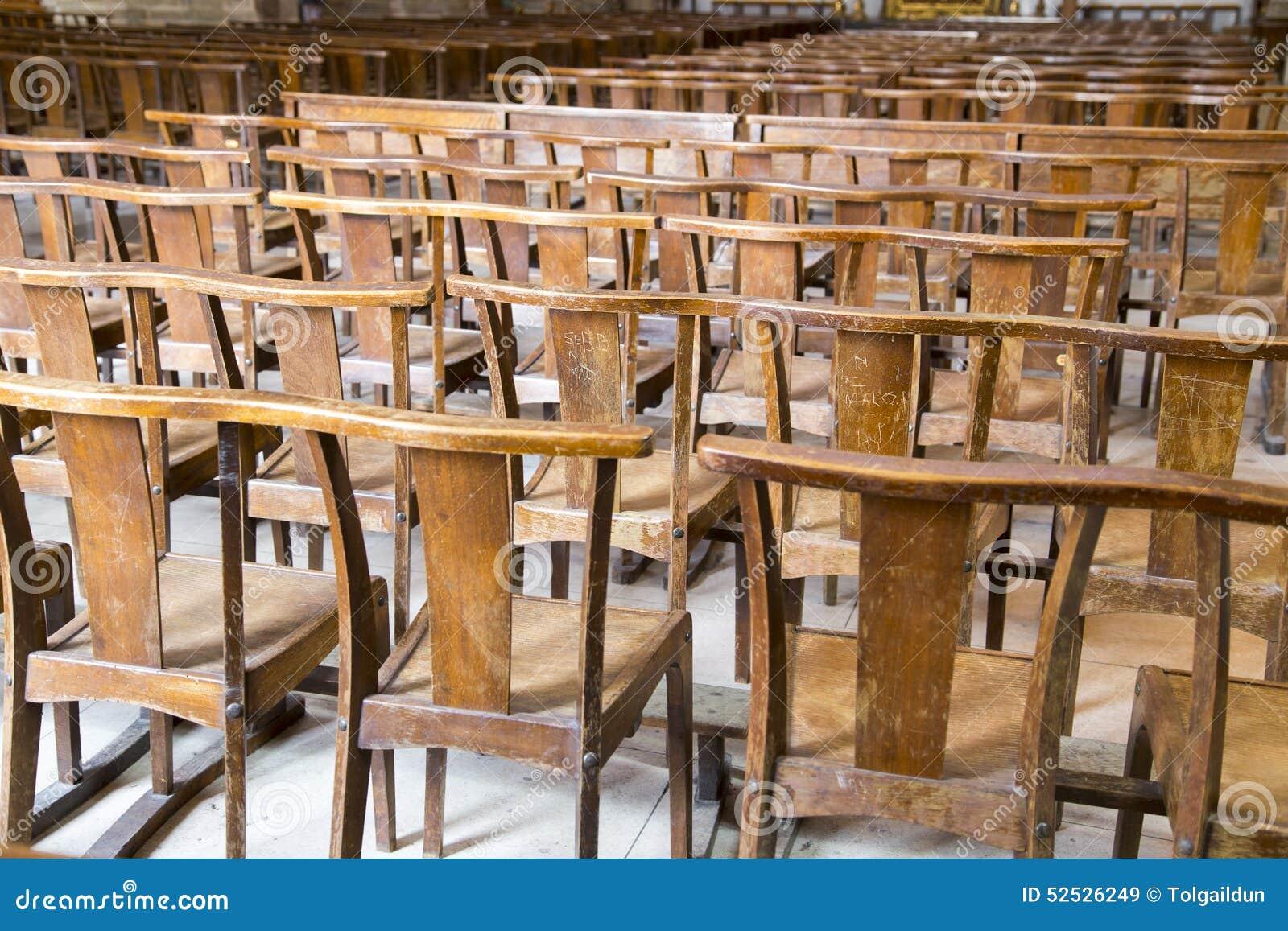 Stock Sedie Di Legno.File Di Molte Sedie Marroni Di Legno Consumate In Una Chiesa