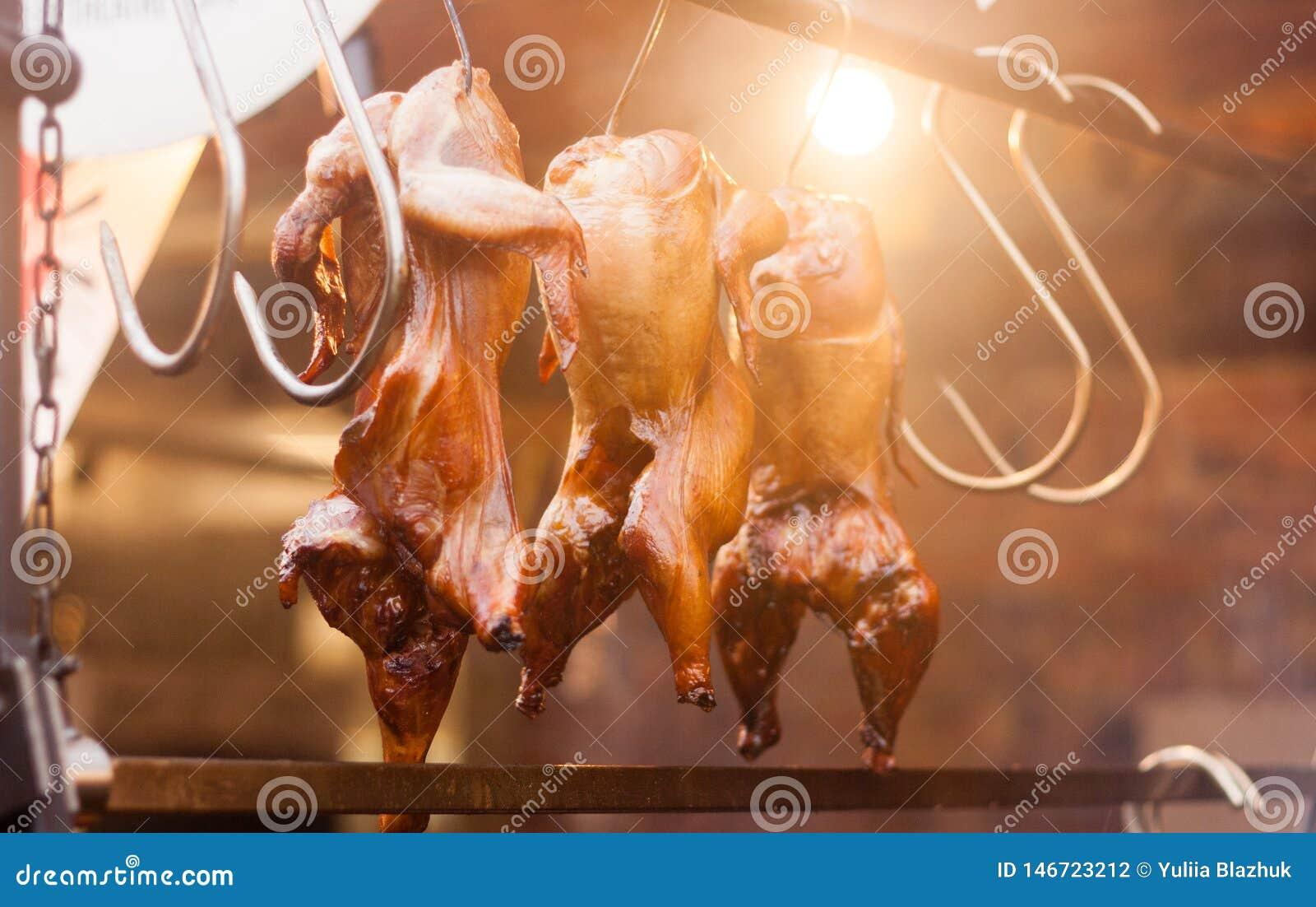Fileira da galinha grelhada no festival da rua