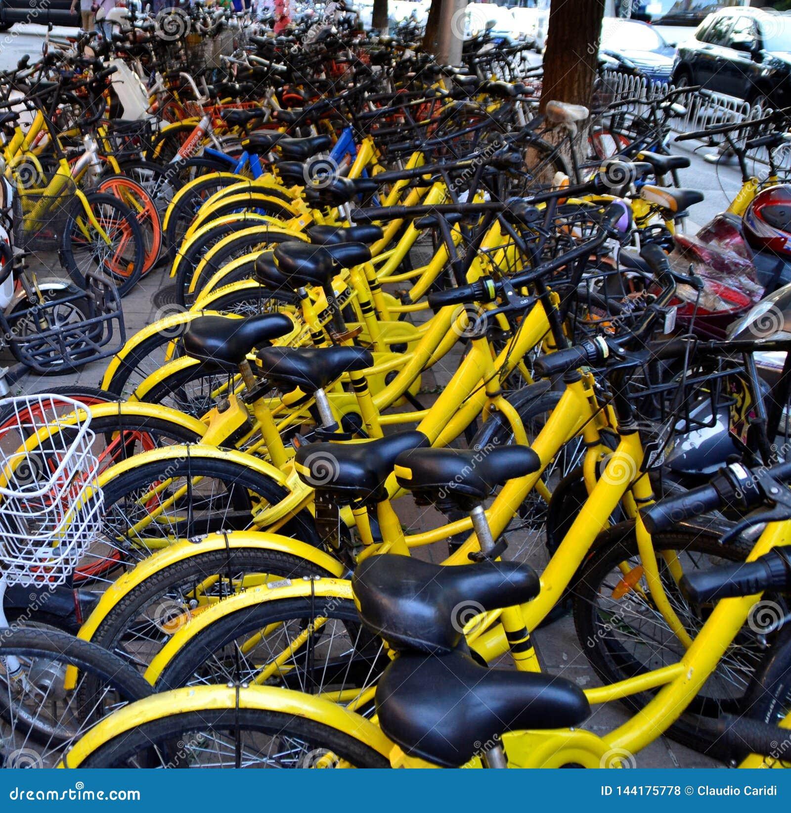 Fileira das bicicletas na cidade do Pequim, China