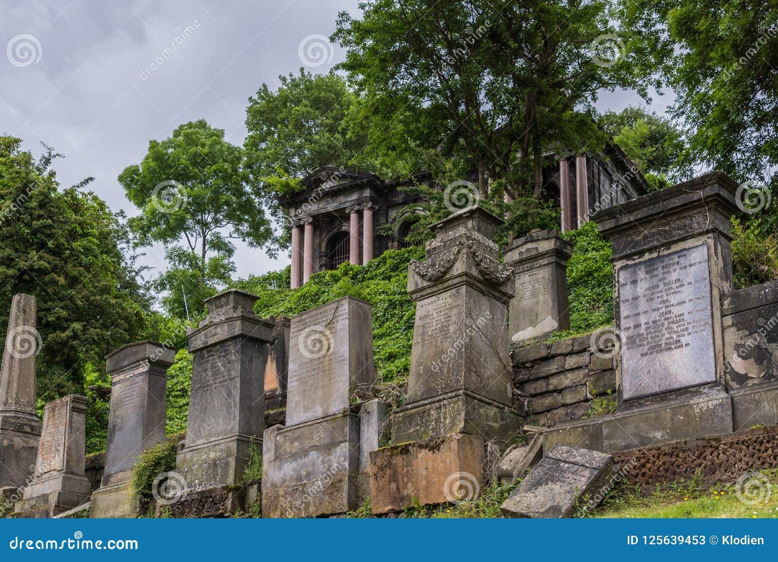 Fileira das lápides em Glasgow Necropolis, Escócia Reino Unido