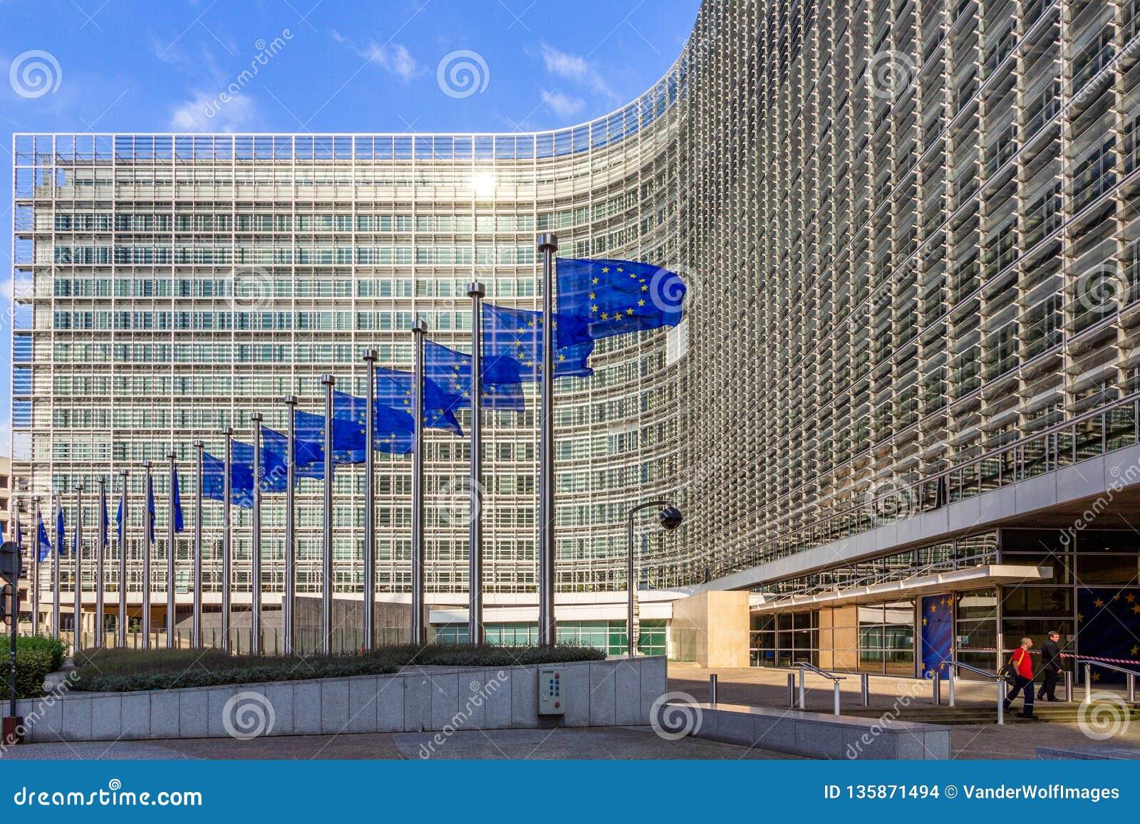 Fileira de bandeiras da UE na frente da construção da comissão da União Europeia em Bruxelas