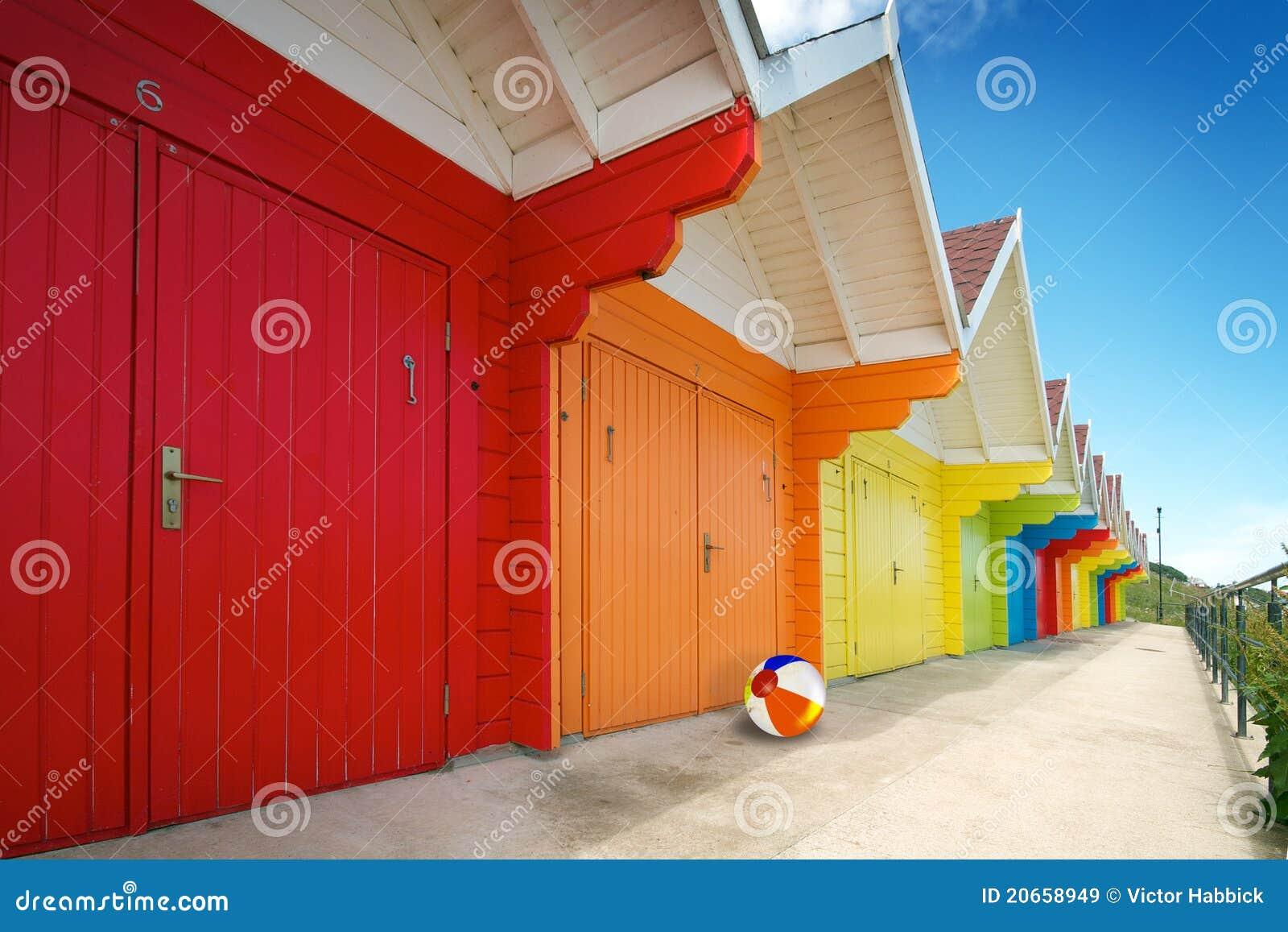 Fileira de cabanas da praia no dia de verão brilhante