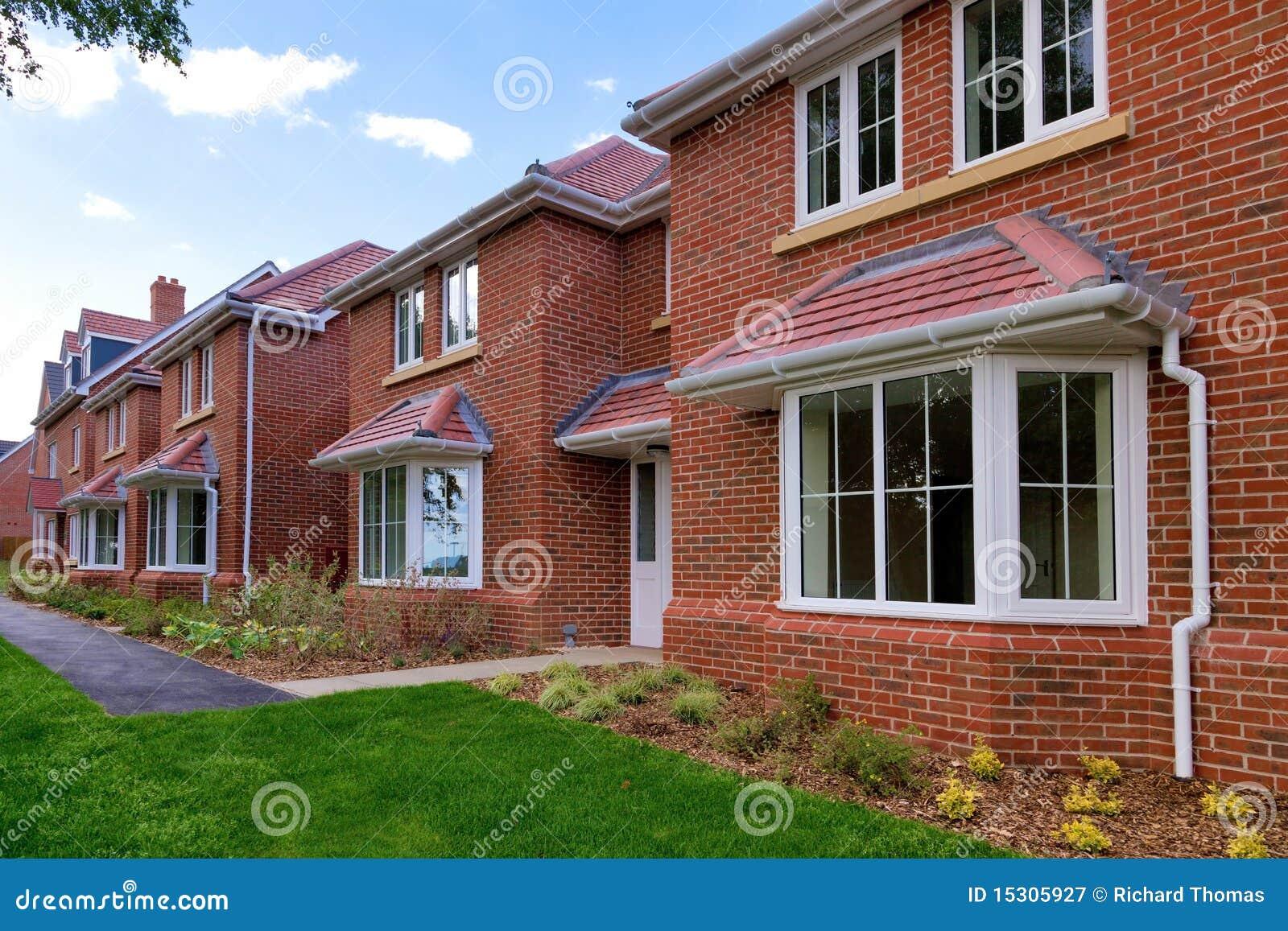 Fileira de casas novas vazias