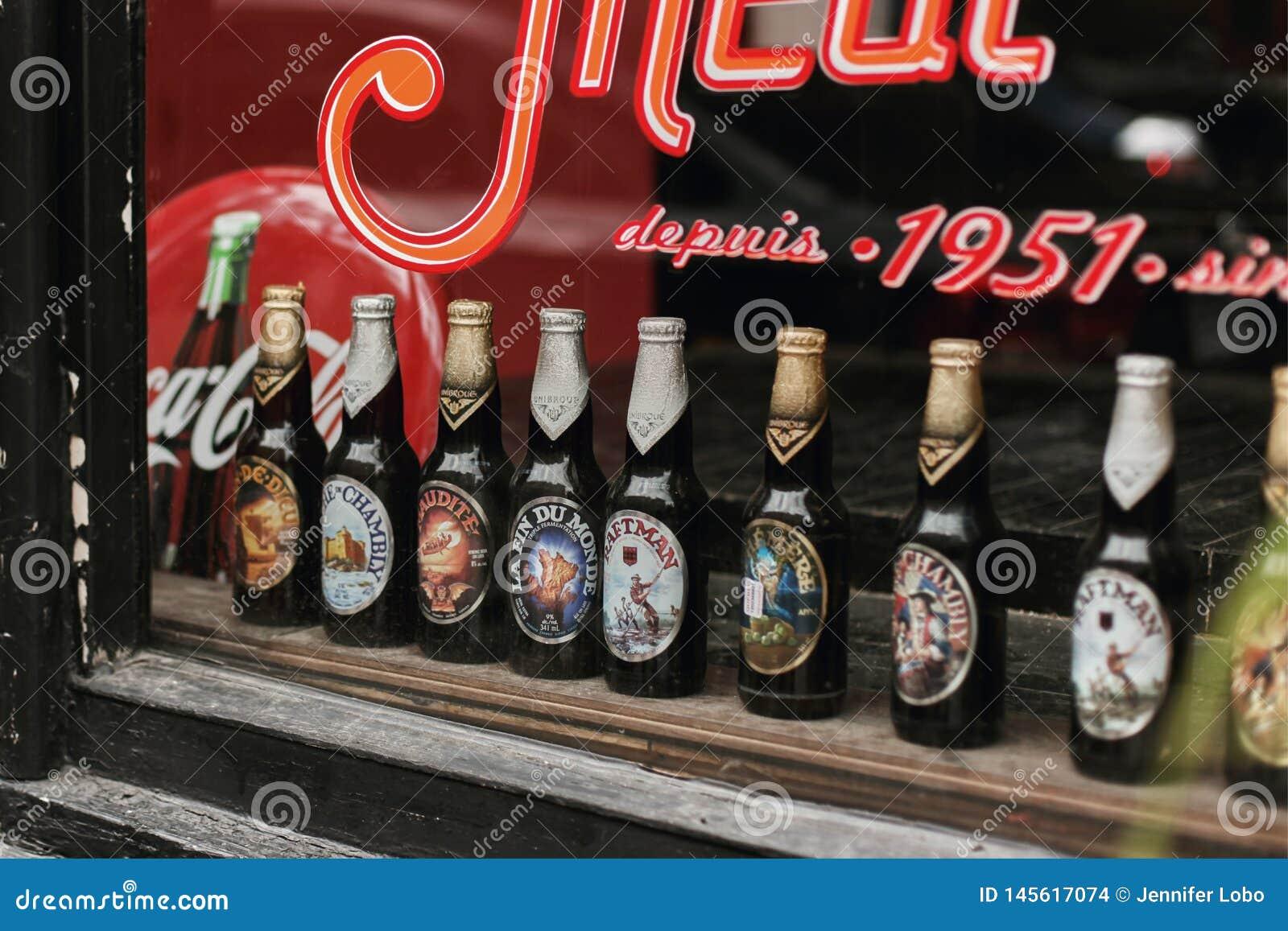 Fileira de garrafas de cerveja em uma janela em Montreal, Canadá