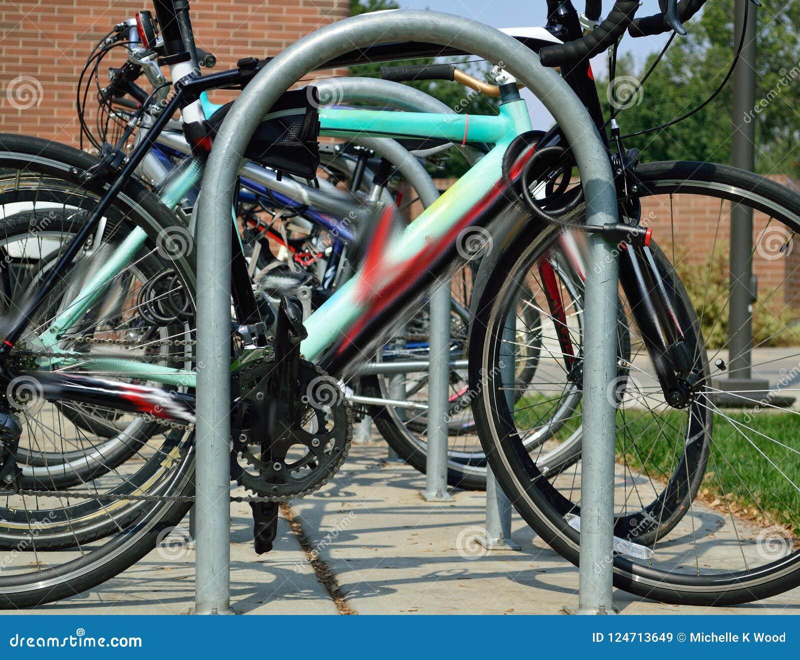Fileira do estudante Bicycles no terreno de volta à escola