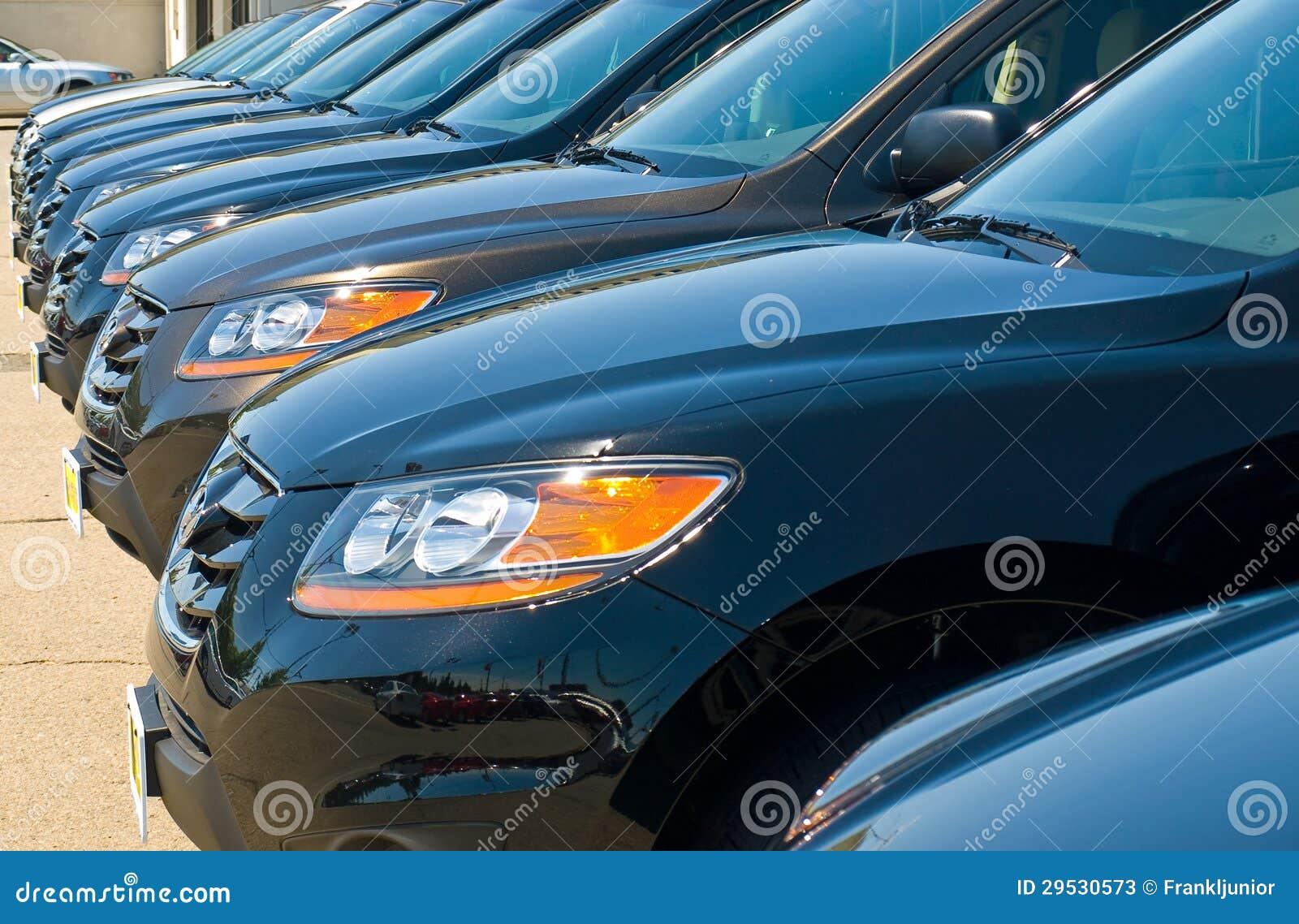 Fileira dos automóveis em um lote do carro