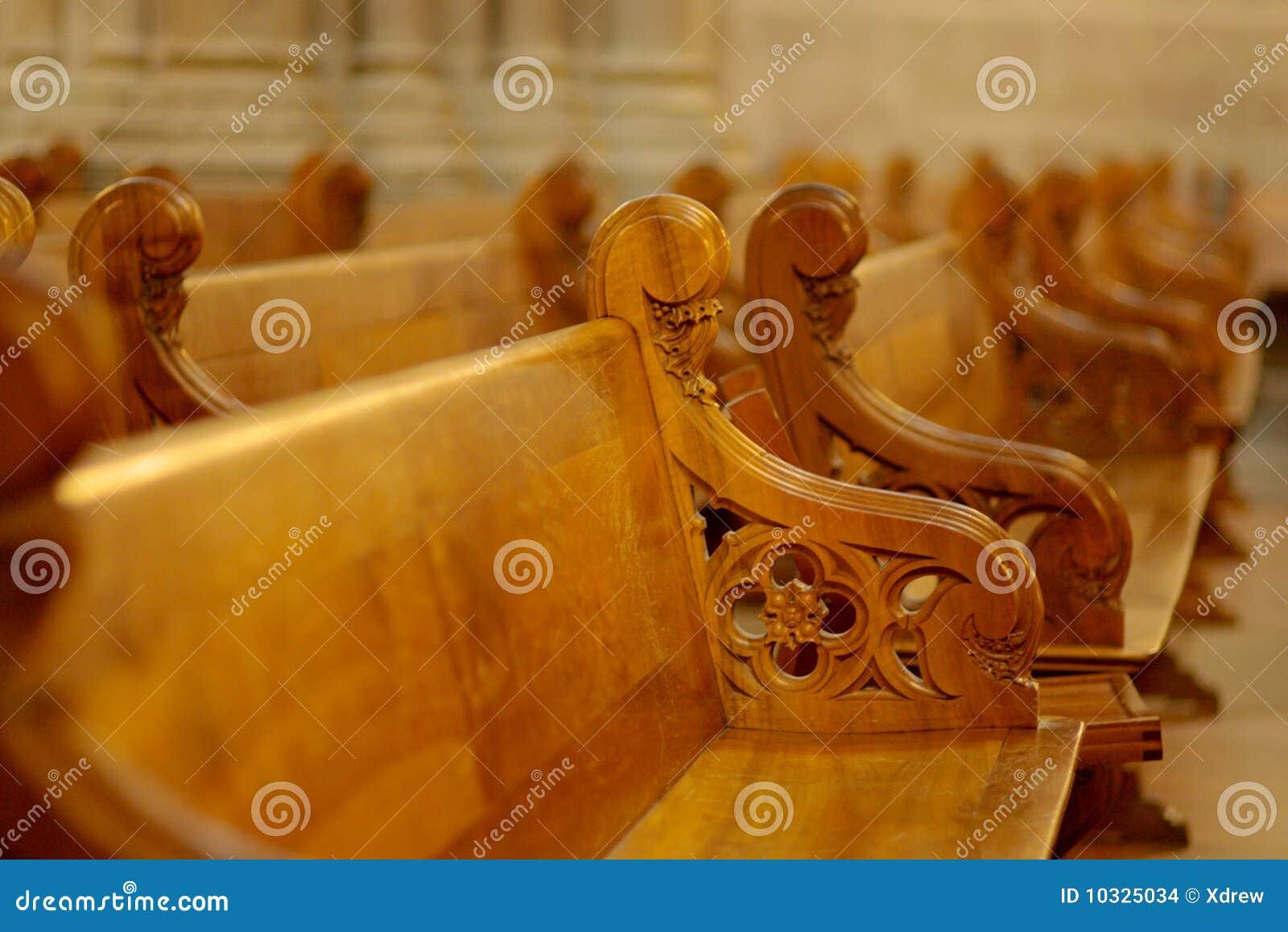 Fileira rasa do DOF de bancos de madeira na catedral Genebra. #AD5201 1300x958